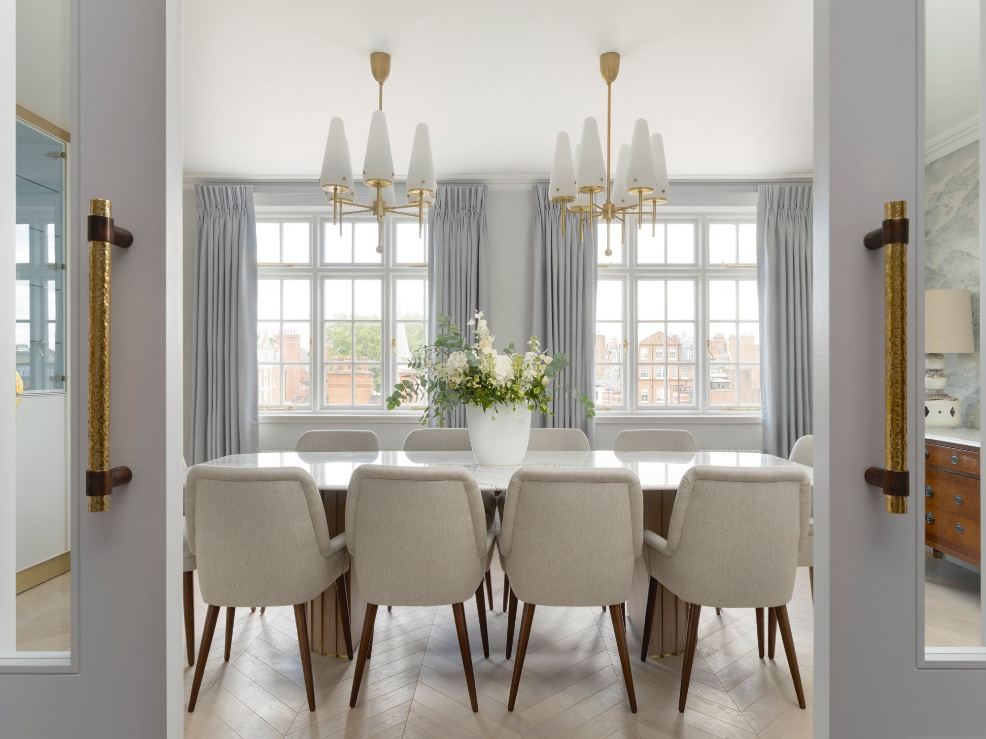 The colour scheme of the dining area references the grey tones of the cloud wallpaper from Zoffany