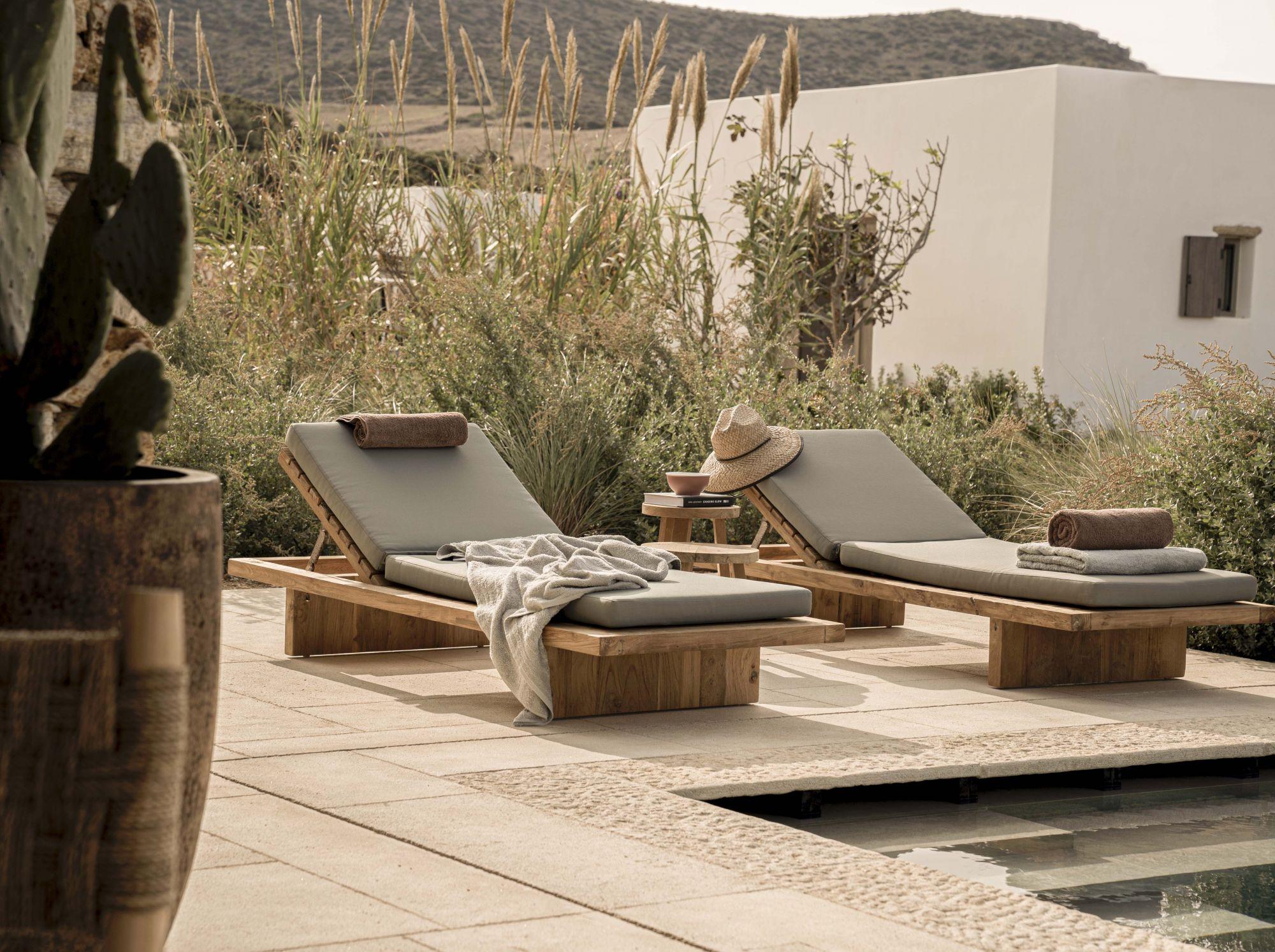 Απολαύστε τον ελληνικό ήλιο δίπλα στην πισίνα στο Hotel Rooster (Φωτογραφία: Nick Nikolaev)