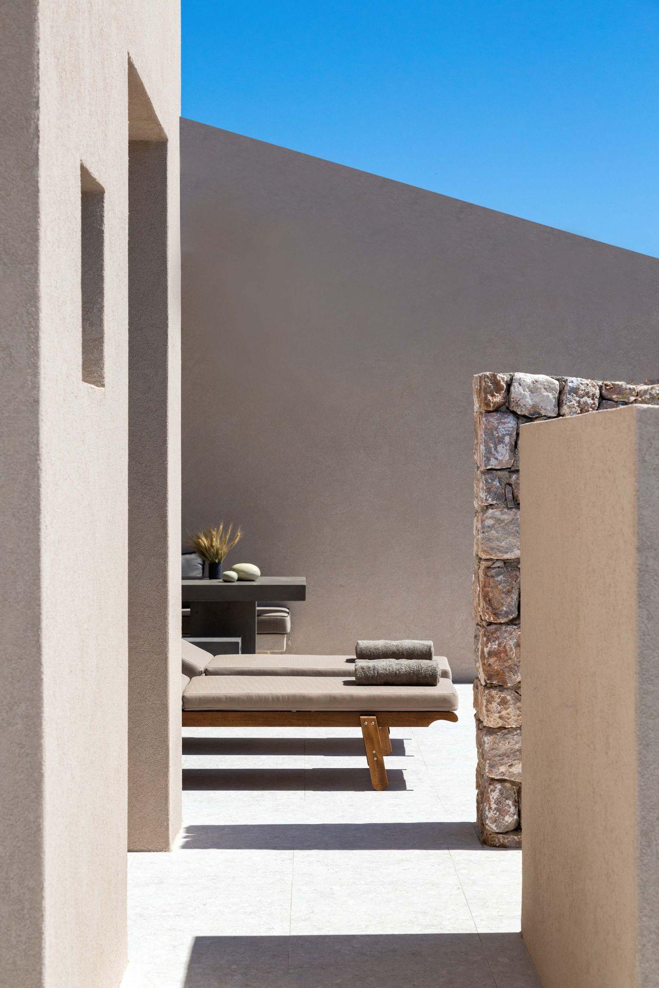 Οι μοντέρνες βίλες καθορίζονται από καθαρές γραμμές και μινιμαλιστικό σχεδιασμό (ευγενική προσφορά του Santorini Sky)