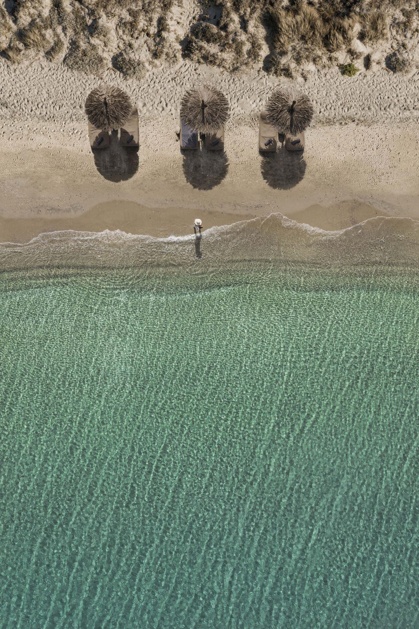 Αυτή η παραλία διαθέτει κρεβάτια και καμπάνες μόνο για επισκέπτες του ξενοδοχείου (Φωτογραφία: George Roske)