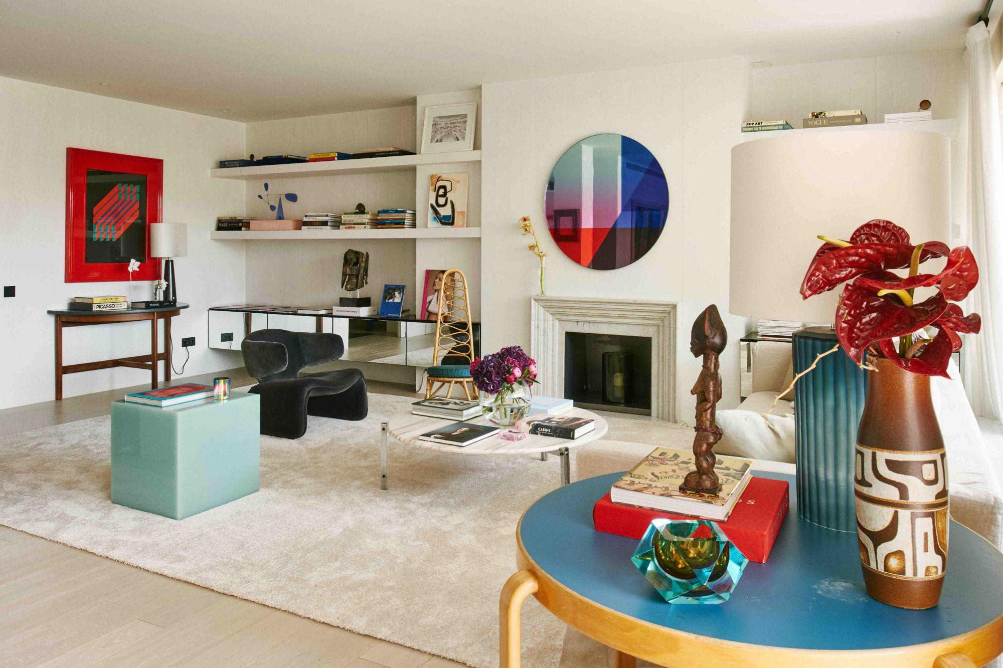 Visite à domicile: un salon décloisonné et des accents colorés dans un appartement à Barcelone