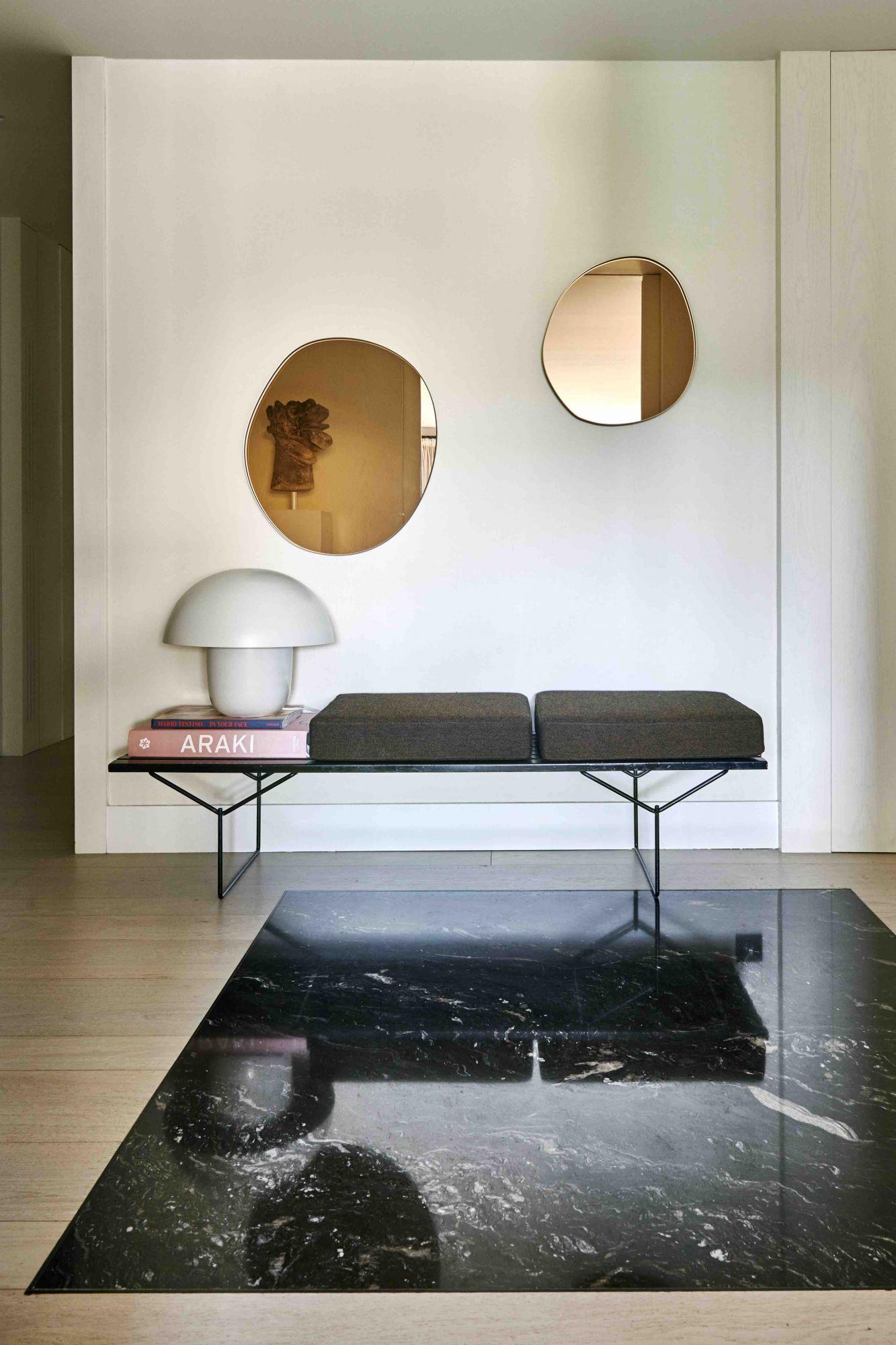 Les miroirs de Sabine Marcelis dans le couloir sont associés à un banc Knoll de Harry Bertoia de 177 Kensington