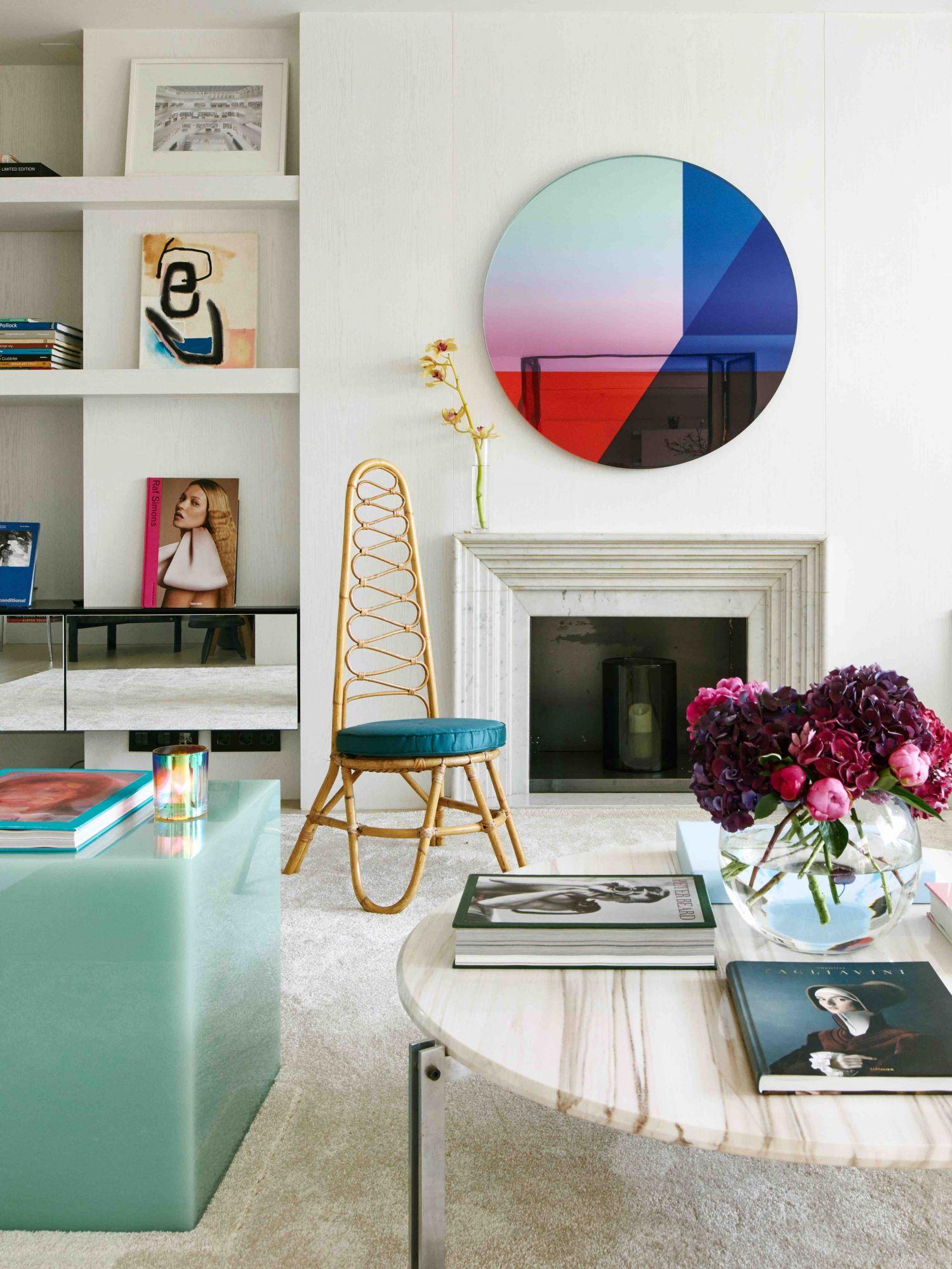 Le salon de l'appartement de Barcelone conçu par Roser Coixet Interiors, présenté dans l'article de couverture du numéro de juin 2021 de Tatler Homes Singapore