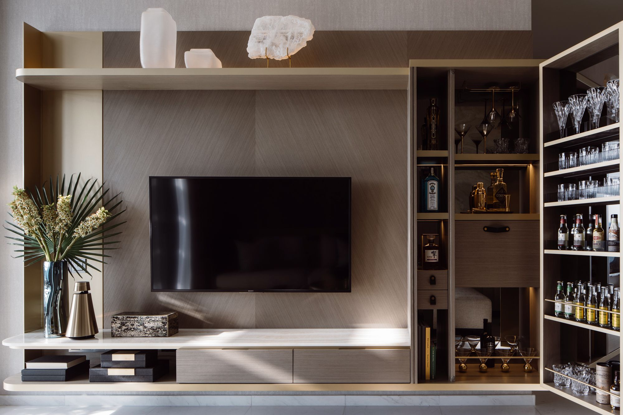 The use of beige tones and light wood contributes to the restful look of the Day unit