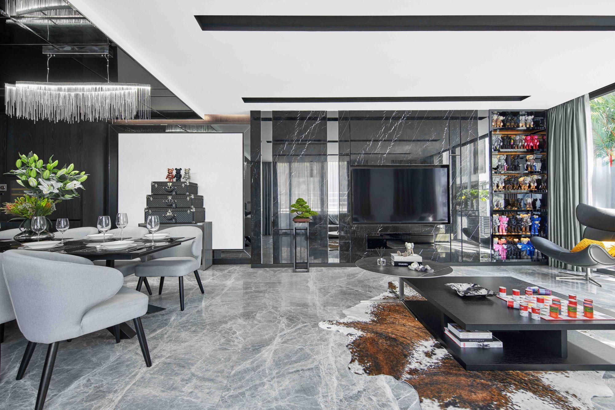 Wohn- und Esszimmer zeichnen sich durch diverse Hingucker aus, wie die Louis Vuitton Koffer und Bearbrick Figuren im Essbereich Fotografie: Jasper Yu