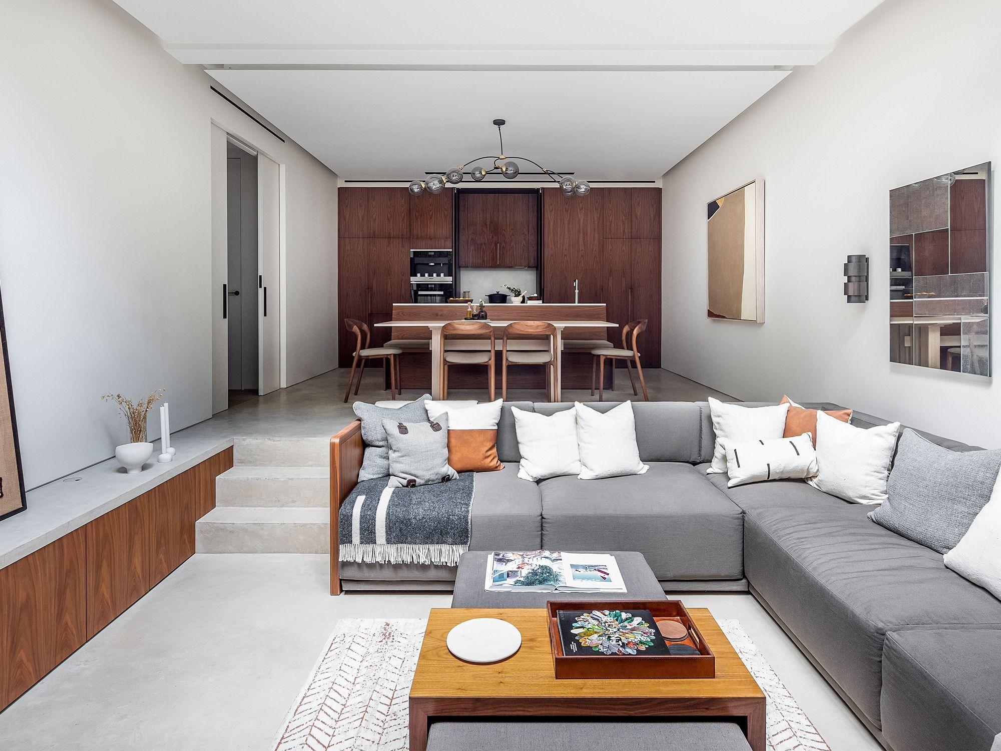 Ein maßgefertigtes Ecksofa steht im Mittelpunkt dieses abgesenkten Wohnzimmers und unterstreicht die Trennung der verschiedenen Zonen weiter Fotografie: Taran Wilkhu
