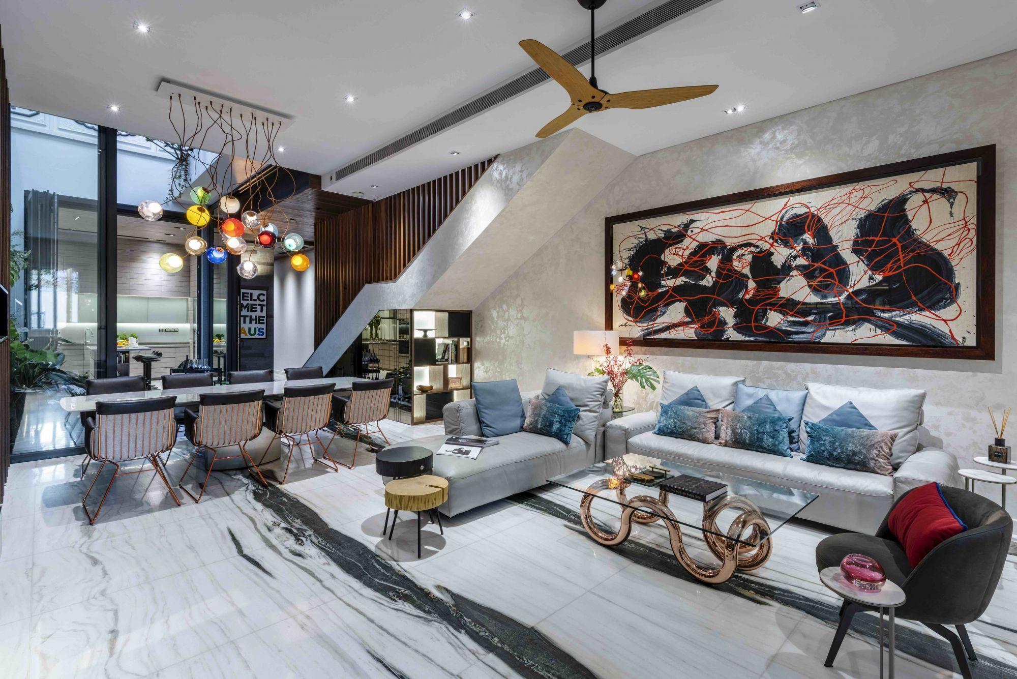 Dieses moderne Wohnzimmer wurde von Cube Associate Design entworfen und hat eine gemütliche Sitzecke mit strategischer Möbelplatzierung geschaffen