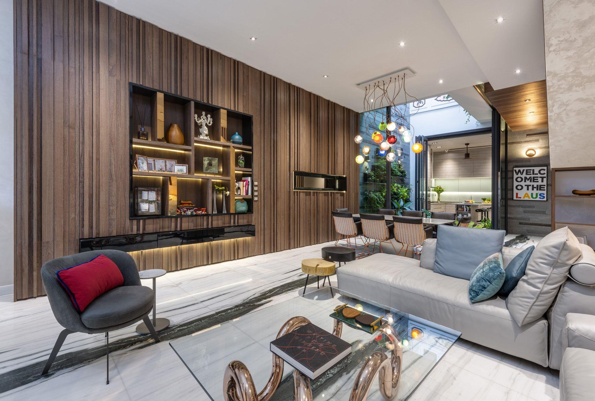 Der verspielte Couchtisch und das markante Beleuchtungselement verleihen dem Wohnzimmer eine Prise Lebendigkeit