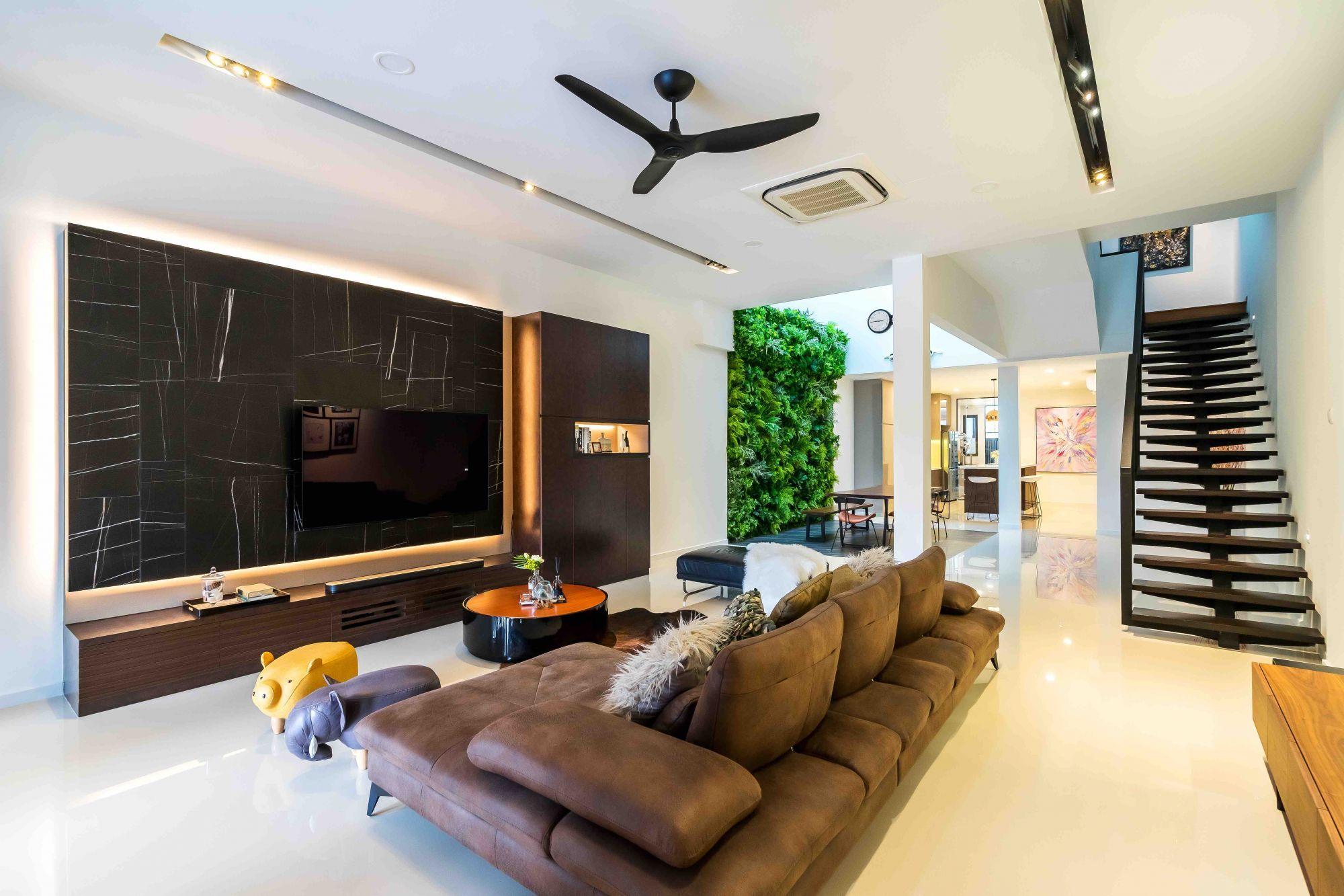 Dieser von Luxur entworfene große, offene Wohnbereich befindet sich am Eingang des Hauses und geht nahtlos in den Ess- und Trockenküchenbereich über