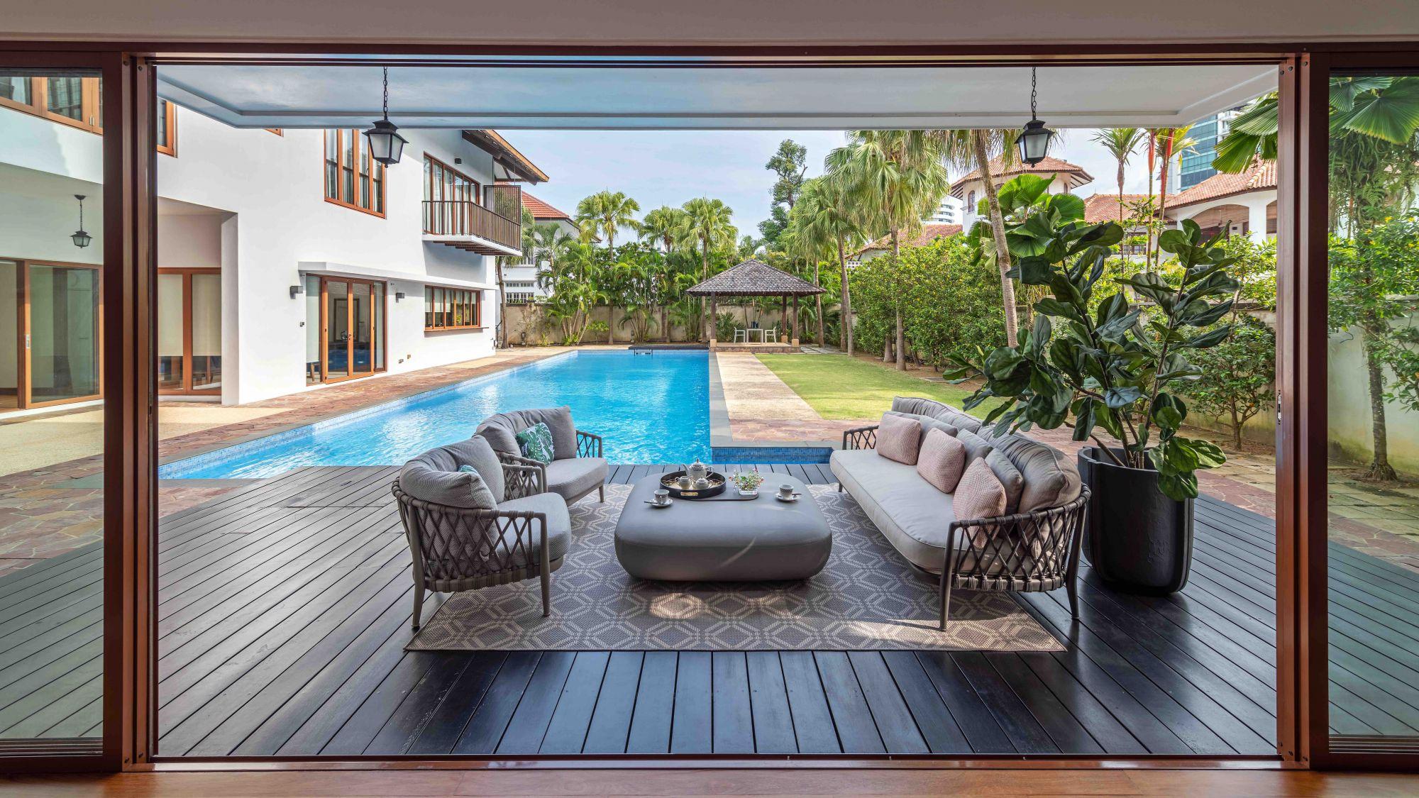 Dans ce bungalow de bonne classe, la collection extérieure B&B Italia Erica contribue à l'ambiance de vacances au bord de la piscine