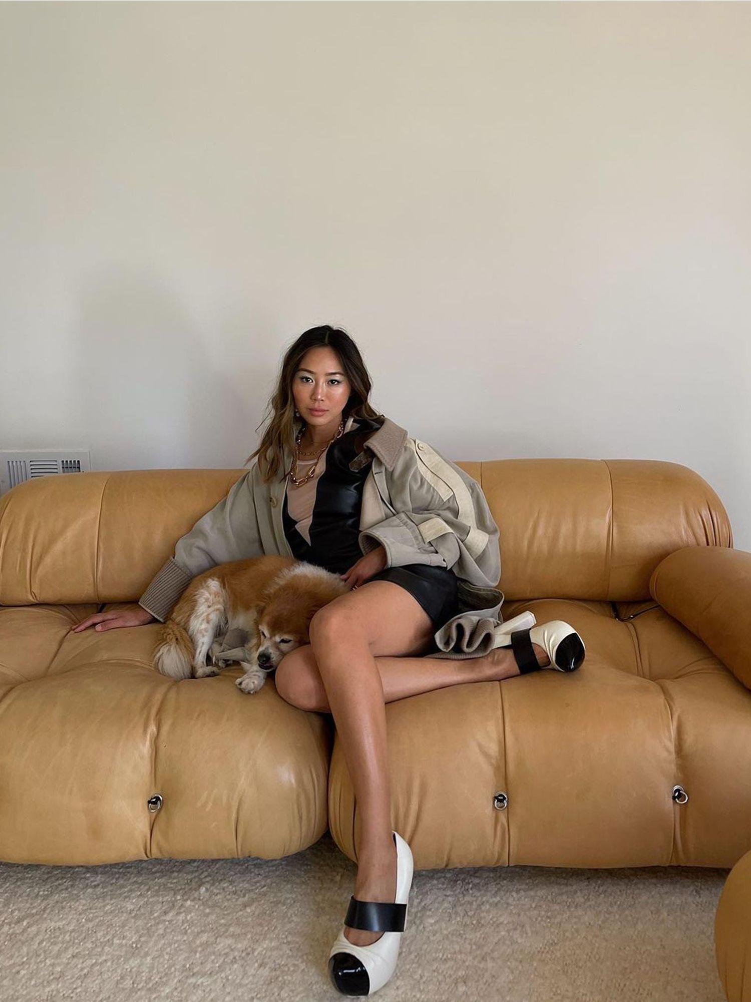 L'iconica Camelliona della fashion blogger Amy Song Bellini veste il divano in morbida pelle Immagine: courtesy Aimee Song / @ aimeesong