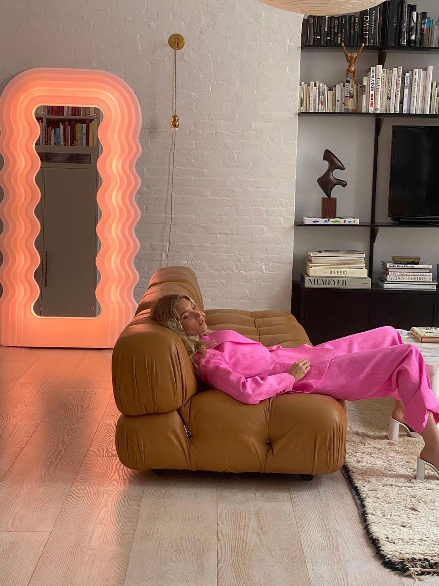 L'appartamento newyorkese di Elsa Hoskin è la casa del divano Camelliona, tra le altre icone Immagine: Elsa Hosk / tributo a @ Hoskelsa