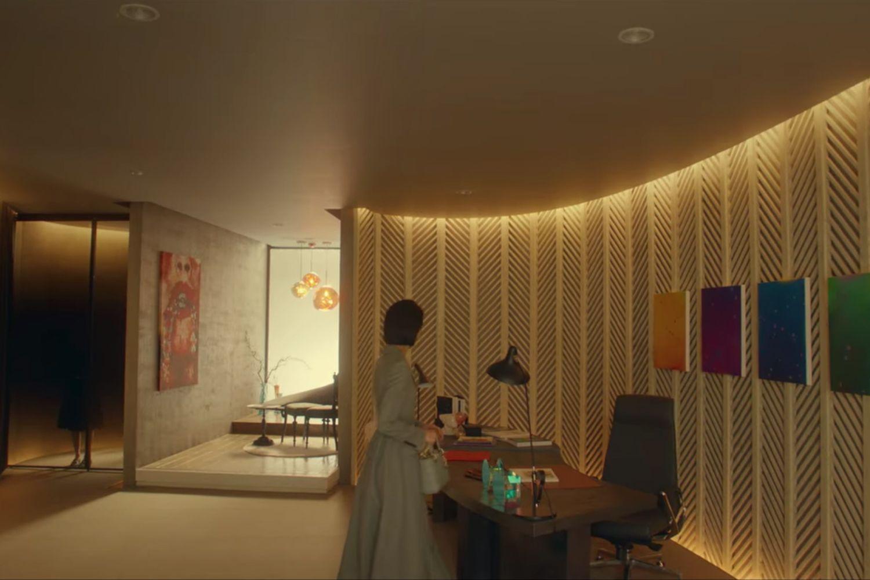 Biurko Jung Seo-hyuna jest bogato zdobione gamą kolorów i dzieł sztuki.Zdjęcie: dzięki uprzejmości Netflix