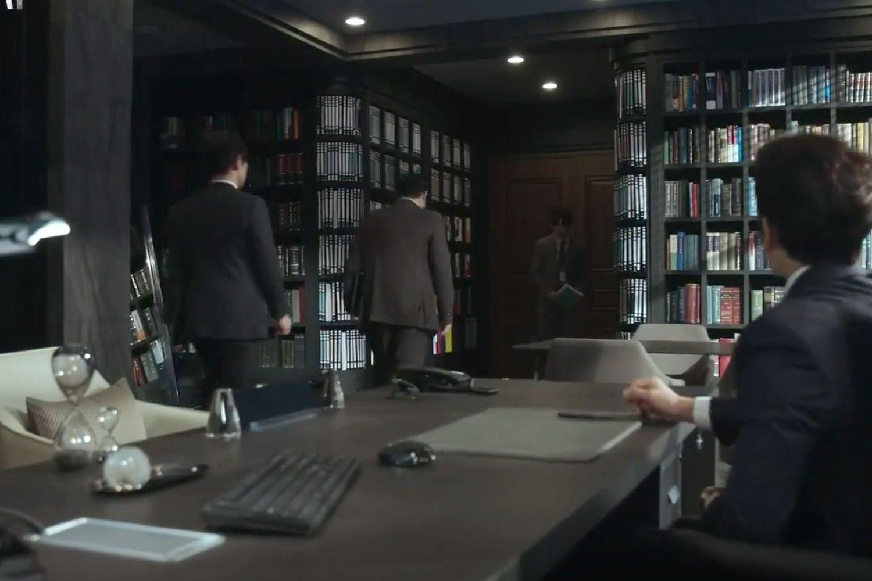 Biurko ma wbudowane wysokie półki na książki ze zbiorem materiałów Fot. dzięki uprzejmości TVN