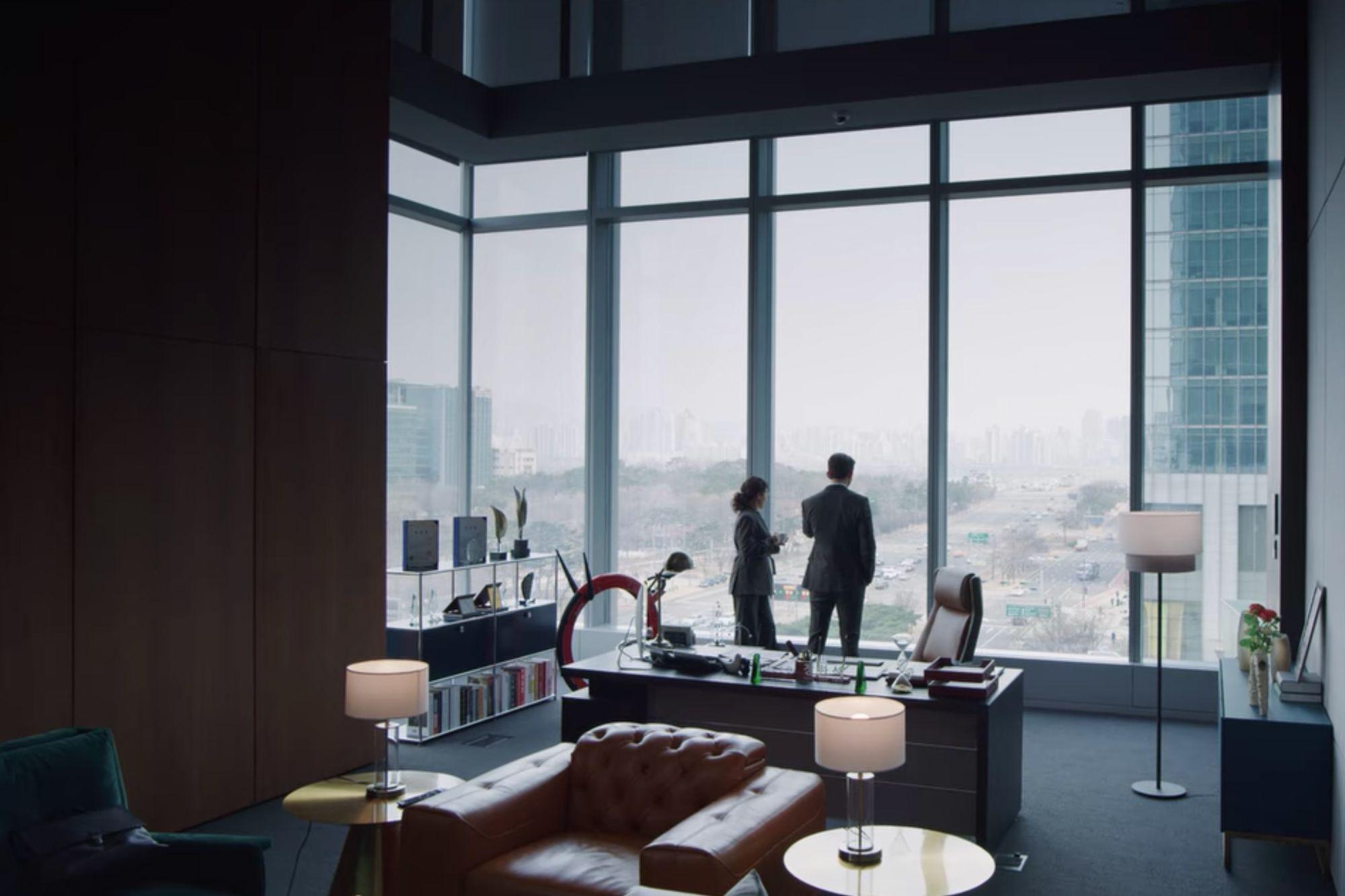 Biuro Janga Han-seoka w wieży Babel jest przepięknie udekorowane luksusowymi skórzanymi meblami i stylowymi elementami. Zdjęcie: dzięki uprzejmości Netflix