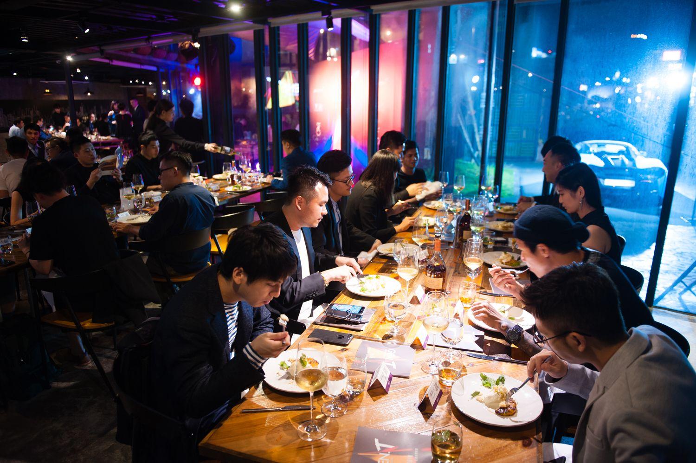 晚宴現場所有與會者享用精心準備的餐點。(喝酒不開車,安全有保障)