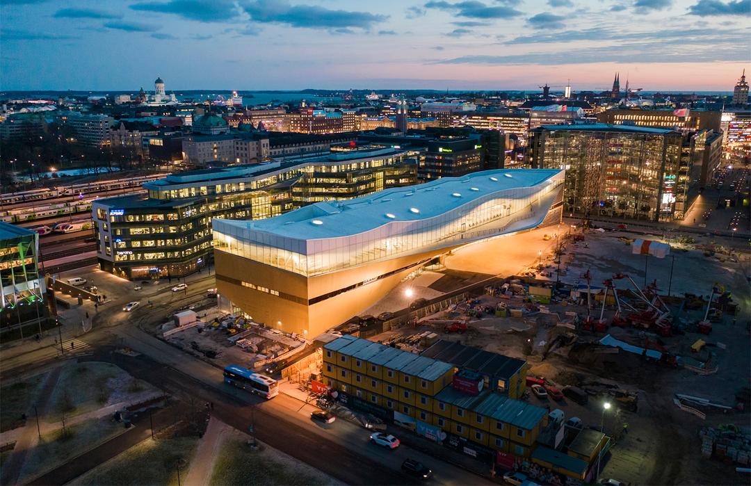 芬蘭「頌歌」中央圖書館落成,木材玻璃流線設計建構宏偉大氣閱讀空間