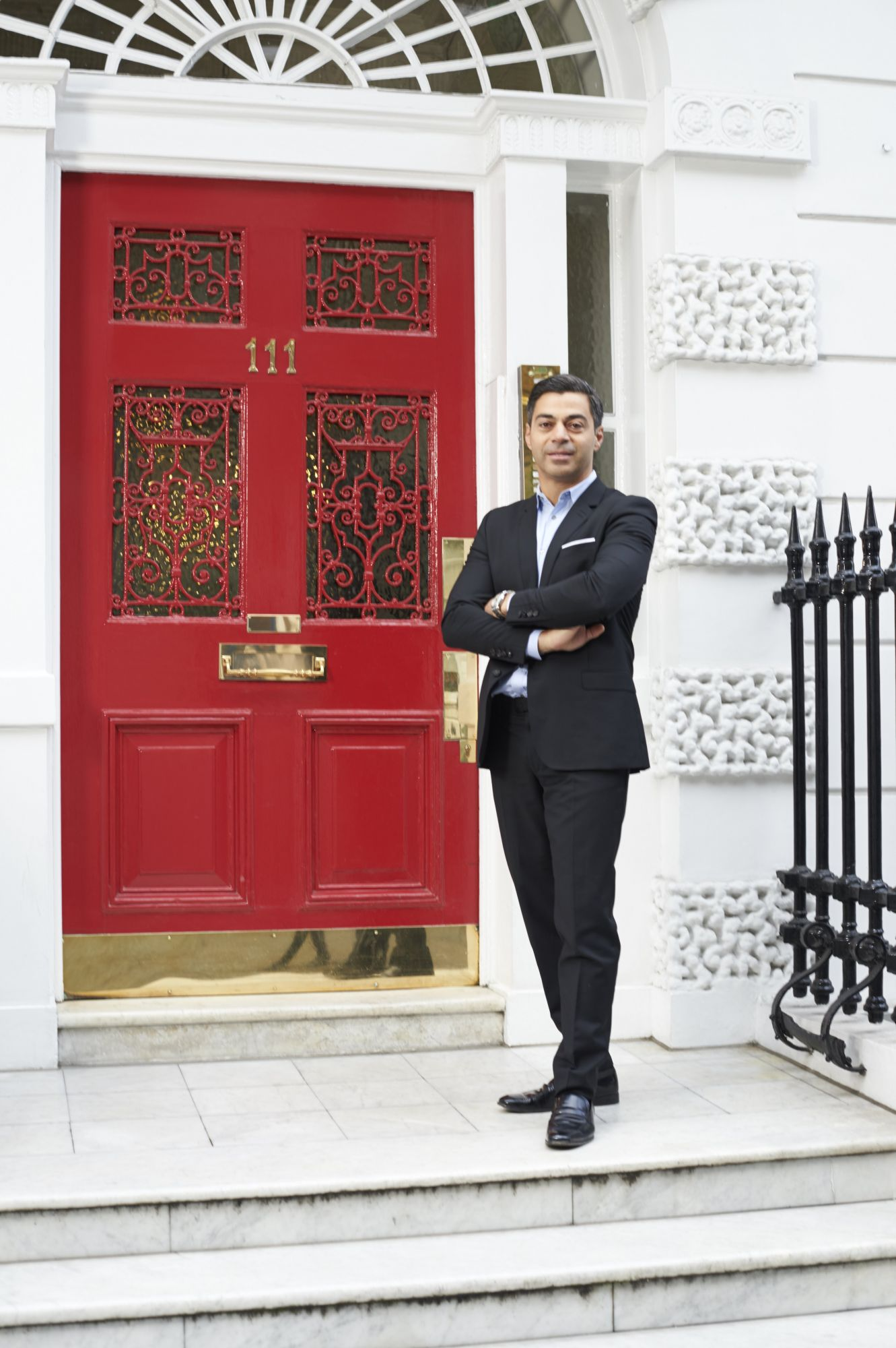 好萊塢巨星與歐洲名流御用的醫美名醫!111Skin創辦人Dr. Yannis從倫敦整型診所到比佛利四季酒店的科技保養之路