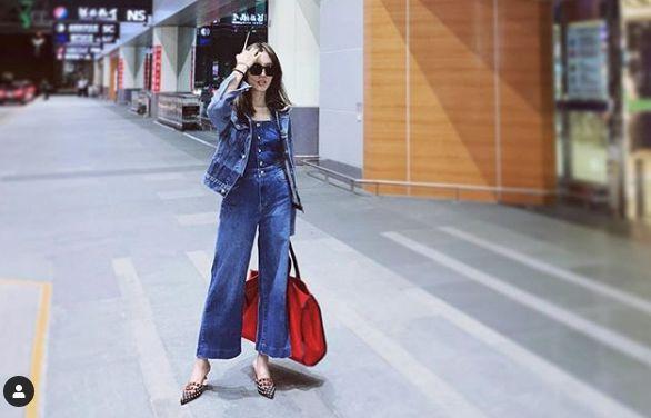 喜事國際時尚集團營運長-宋安的機場穿搭以一襲帥氣的牛仔裝扮現身,搭配尖頭輕便的高跟鞋及大托特包,展現她年輕又時髦的時尚品味。