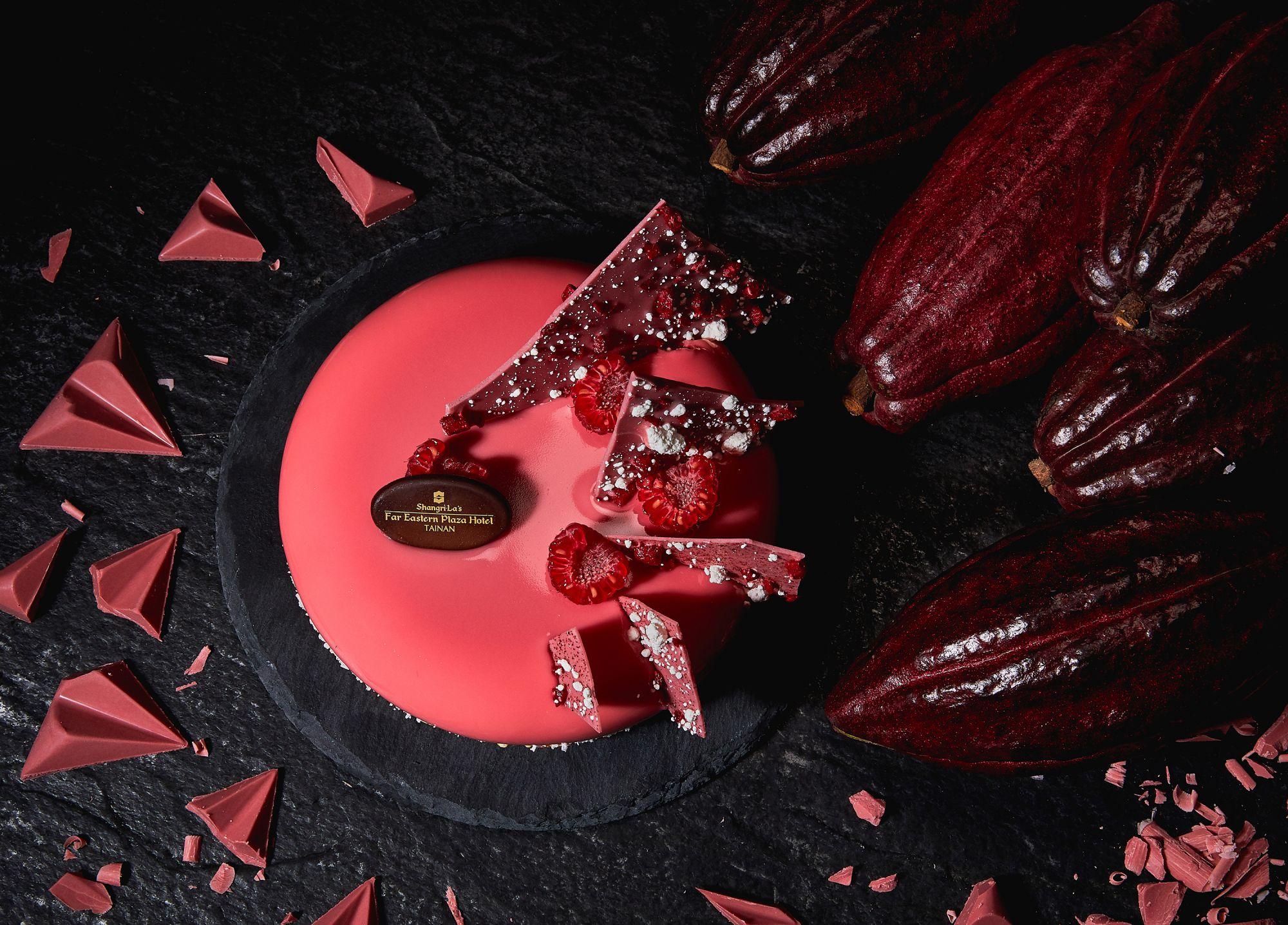 前所未見的天然粉紅色澤與莓果香氣!香格里拉台南遠東精心呈現「紅寶石巧克力」創意甜點