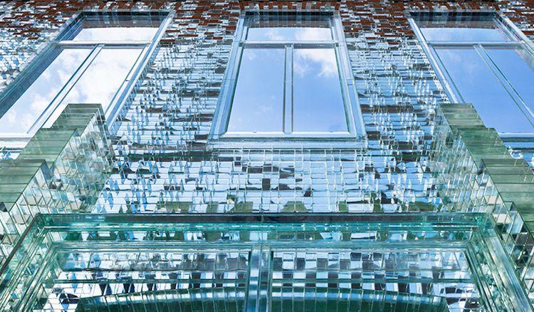 Hermès旗艦店化身絕美水晶宮,讓紅磚與玻璃完美邂逅在阿姆斯特丹