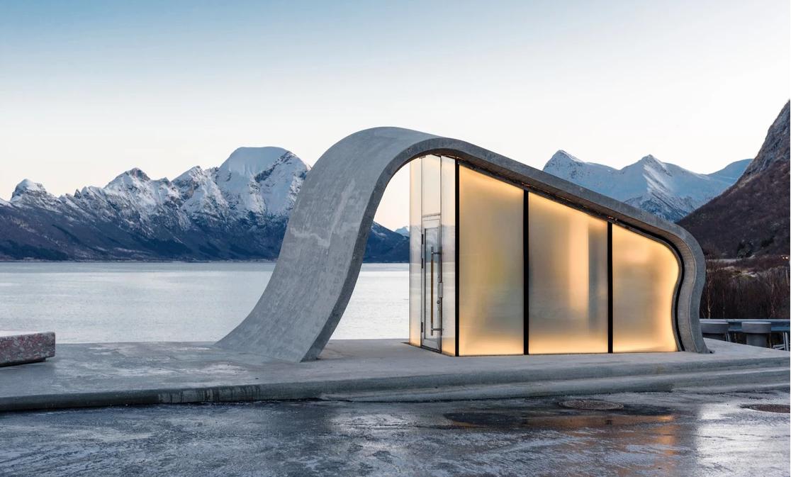 全世界最美麗的公路廁所!邊放鬆邊欣賞「北極光」與「永晝」
