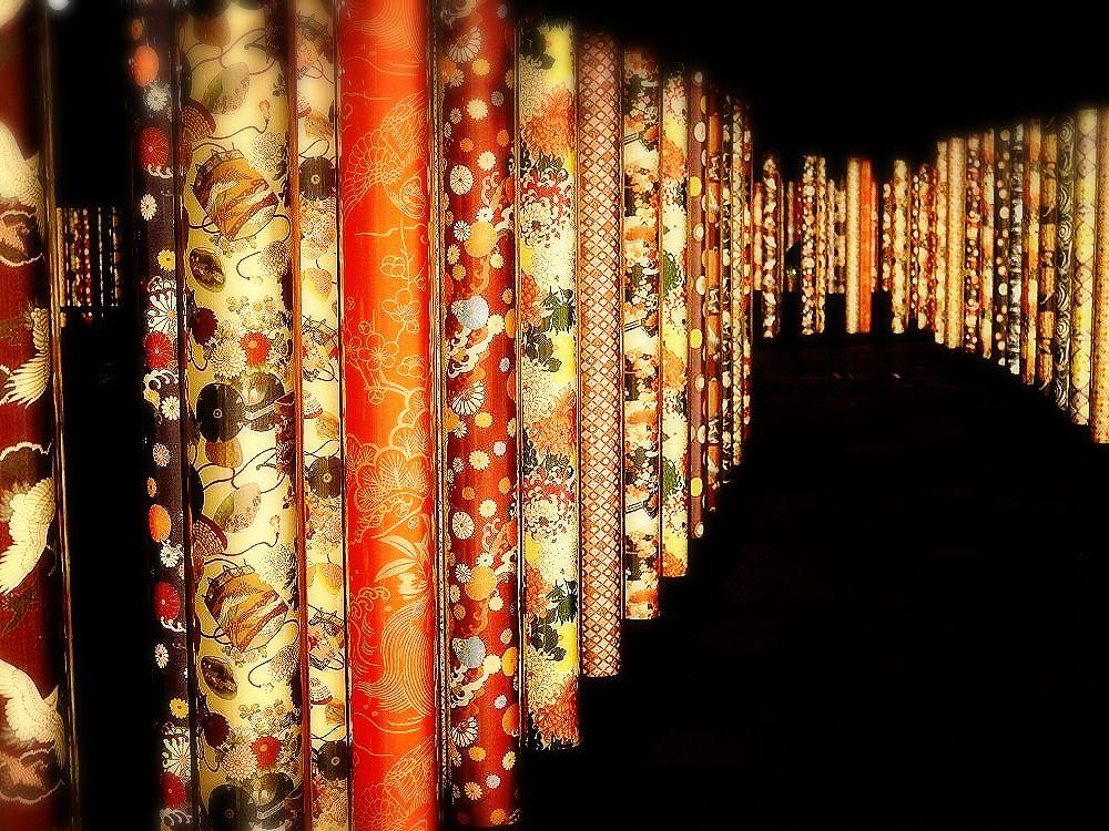 絕美和服化身 600根圓柱成光之森林!京都嵐山車站「京友禪光林」編織夢境小徑