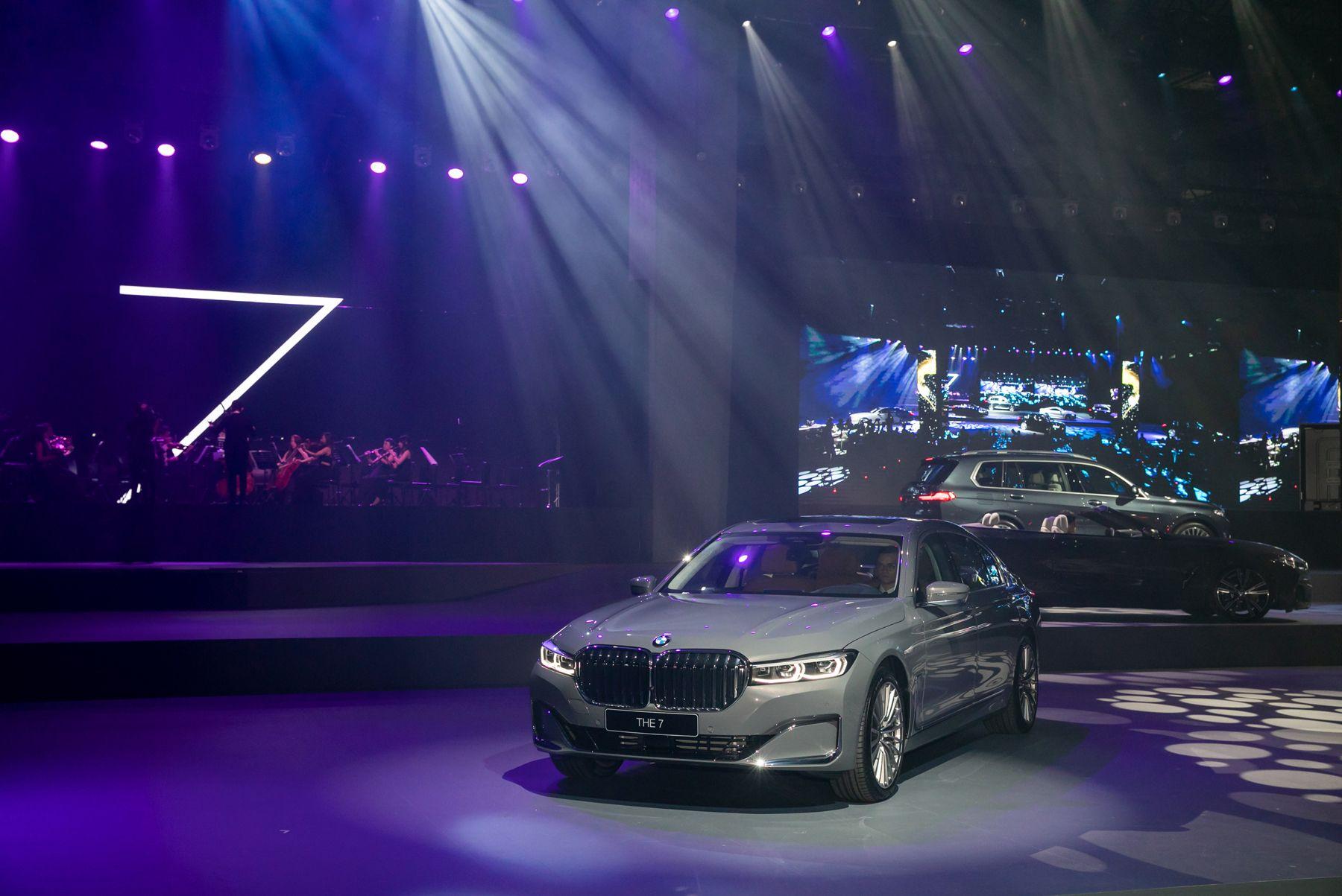 BMW 7系列小改款霸氣登場!格柵加大車頭調高,數位虛擬座艙直覺好上手