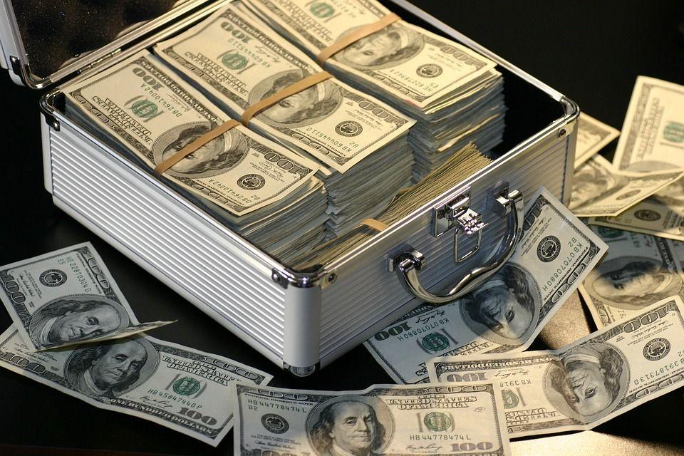 史上規模最大金融竊盜案!平庸華裔小伙蒙騙華爾街、好萊塢,鯨吞數十億美元