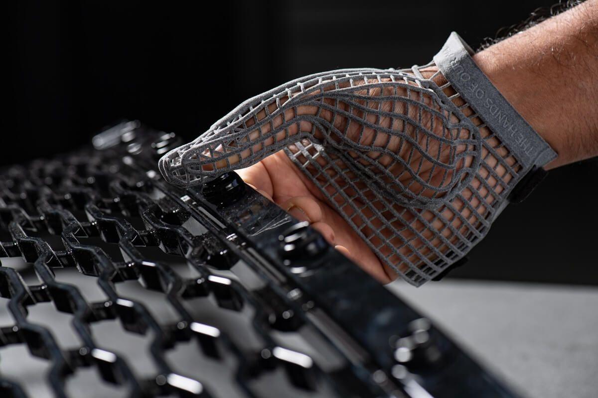 Jaguar Land Rover打造3D列印防護手套:保護技師並協助肌肉無力患者