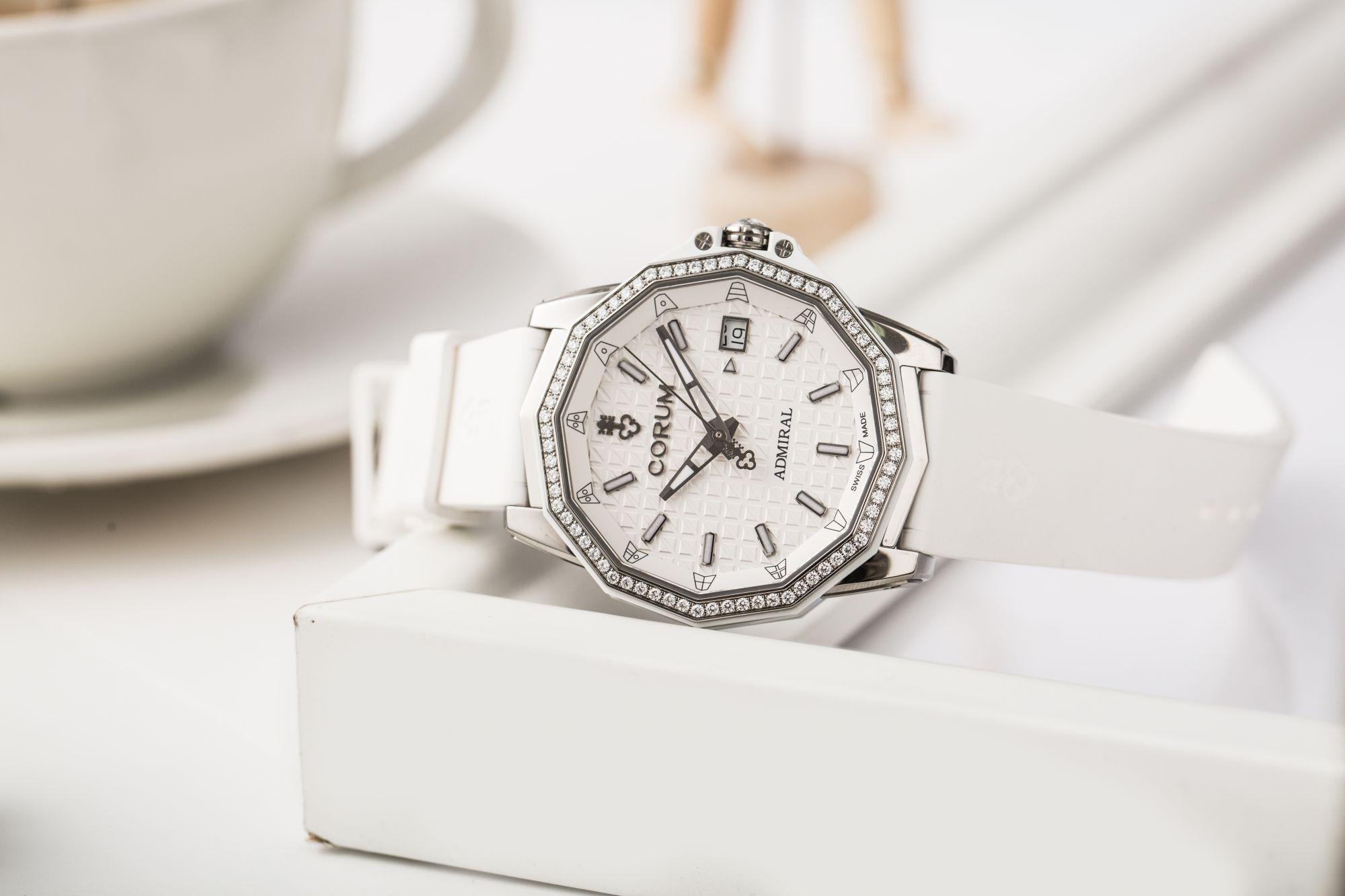 以「她」之名!崑崙錶AC-One系列迎來全新女裝錶款,更添溫柔魅力。