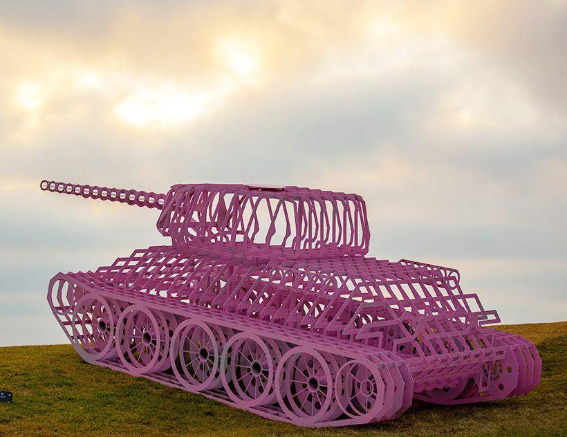 全球最大戶外雕塑展!72位藝術家、111件作品,慶祝天鵝絨革命30週年