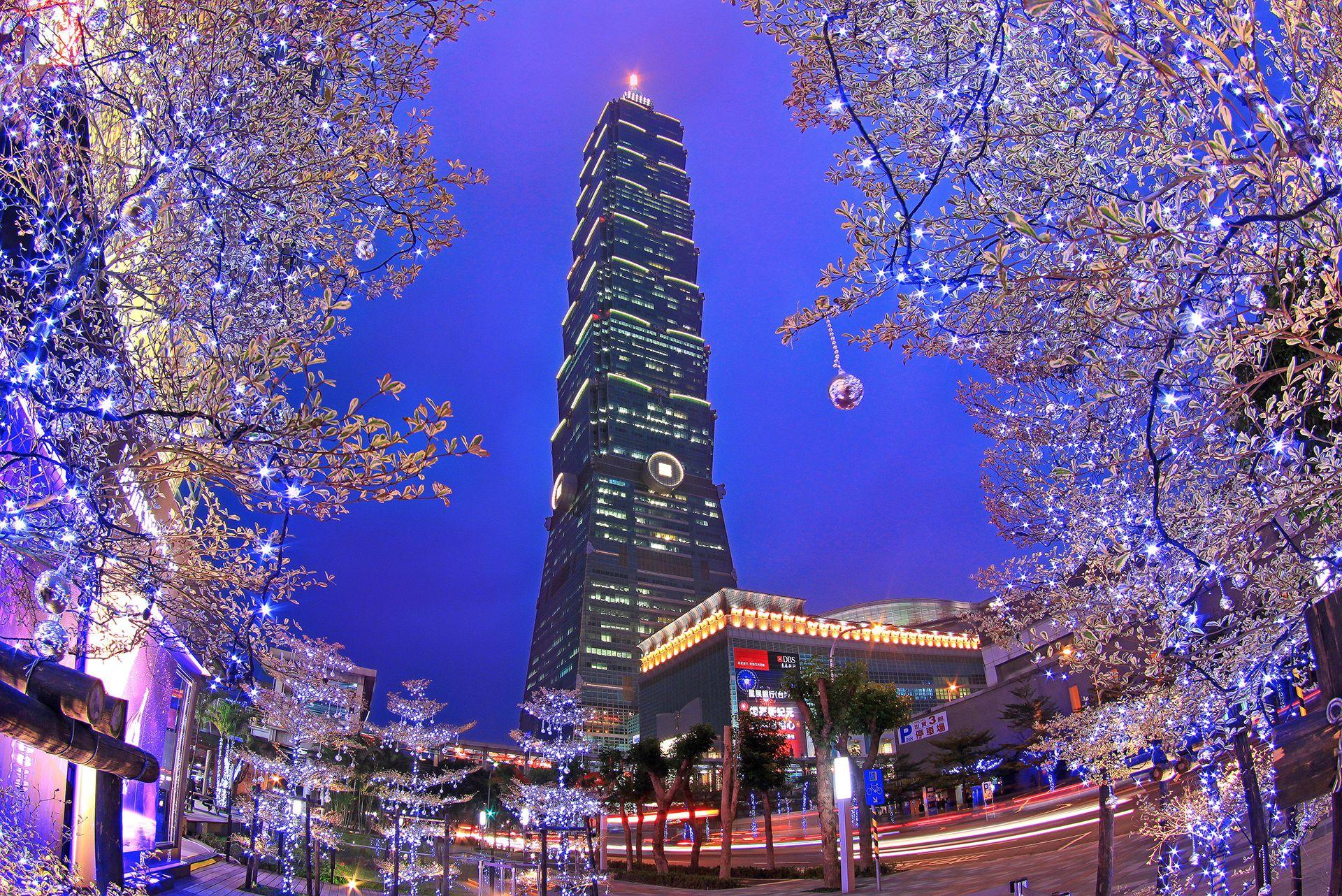 台北101化身城市藝術新地標!台北當代藝博攜手藝術家林明弘,結合傳統窗花與科技再現新舊交融的城市景觀
