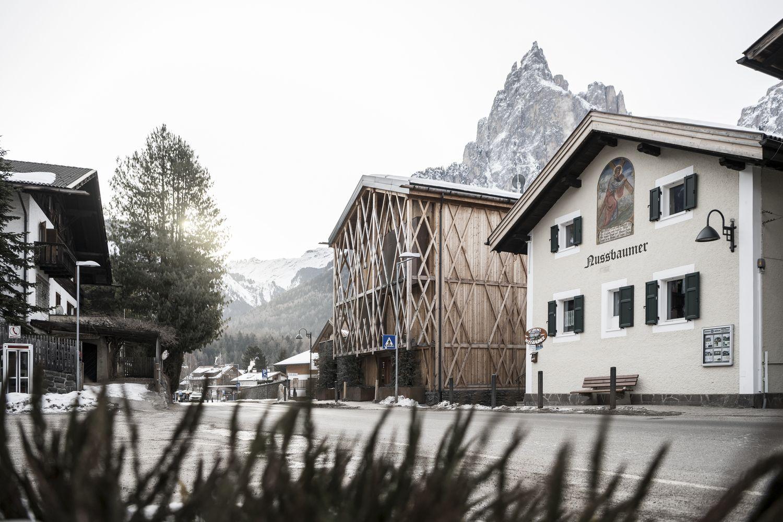 遺世獨立的半開放式夢想民居!阿爾卑斯山腳下的百年舊穀倉,搖身成童年回憶幻境