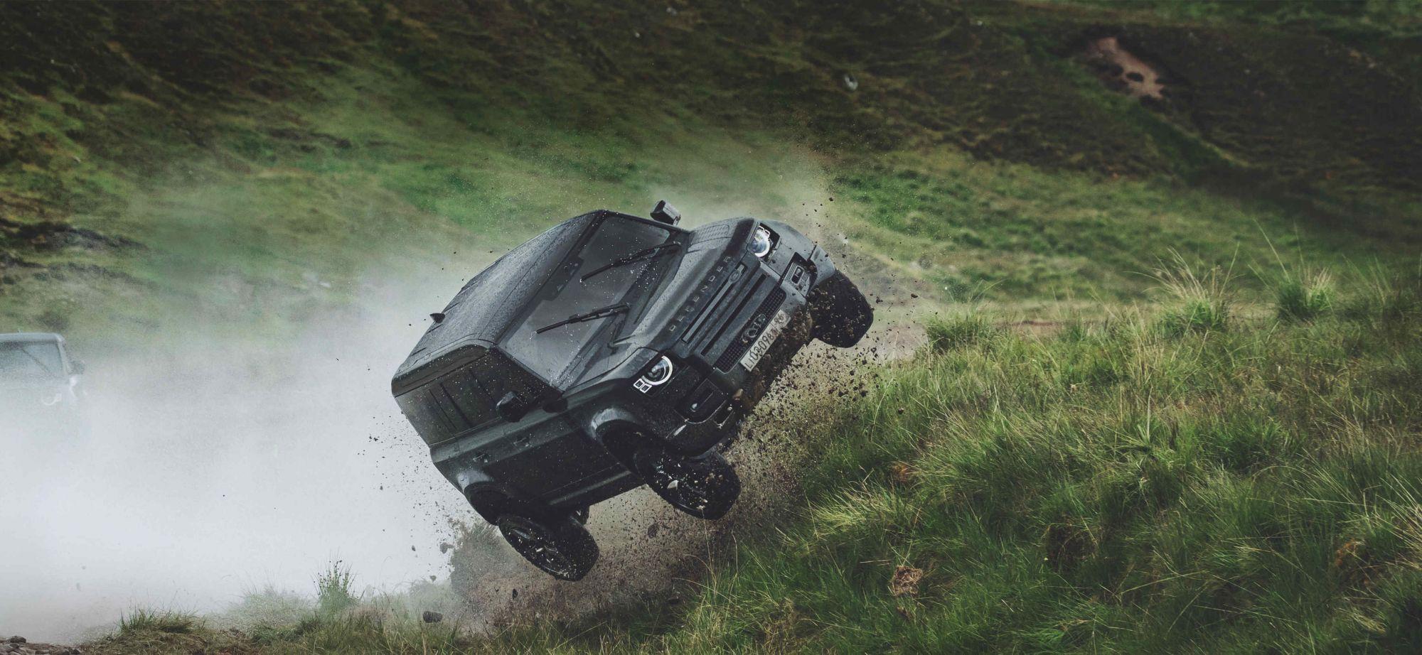 詹姆士·龐德史上最強座駕Land Rover Defender現身「007:生死交戰」!爬山、跳躍、翻滾、入沼澤照樣奔馳