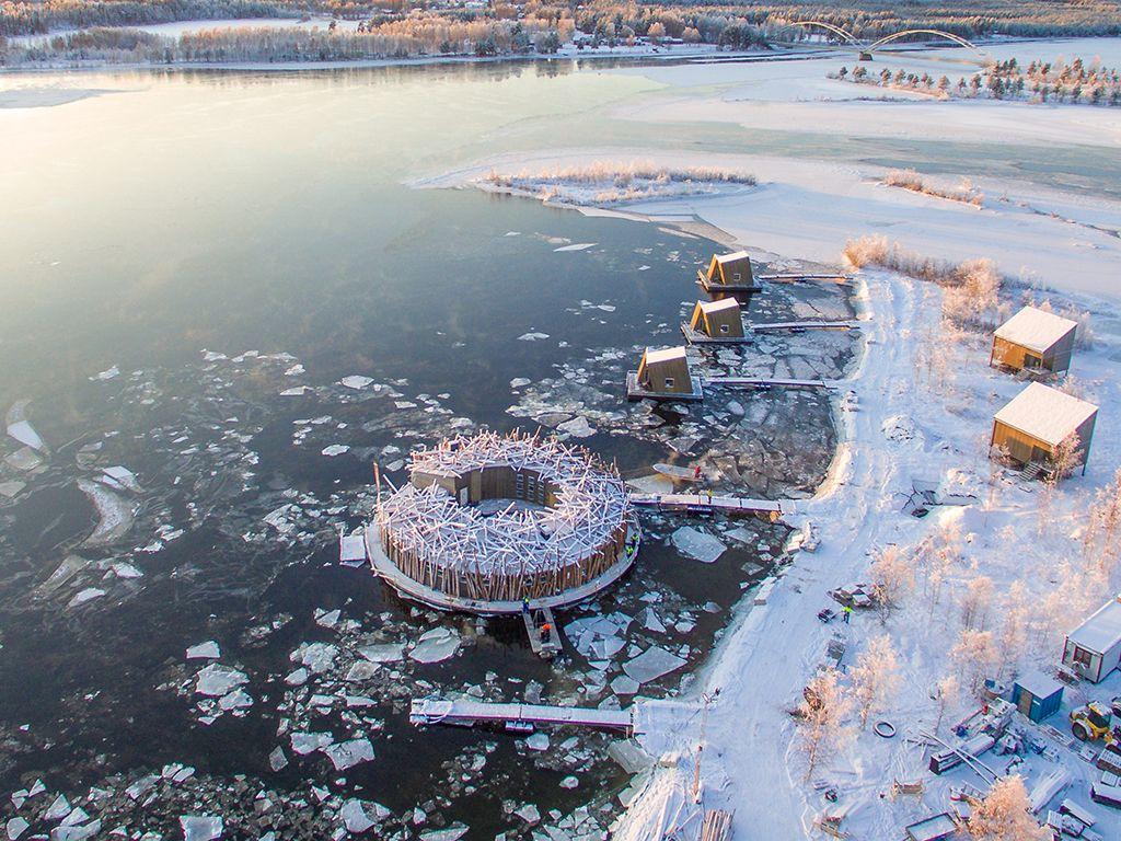 自由漂浮河上的極地絕美水療酒店!Arctic Bath可邊看極光邊泡澡、洗三溫暖,歡迎寵物入住