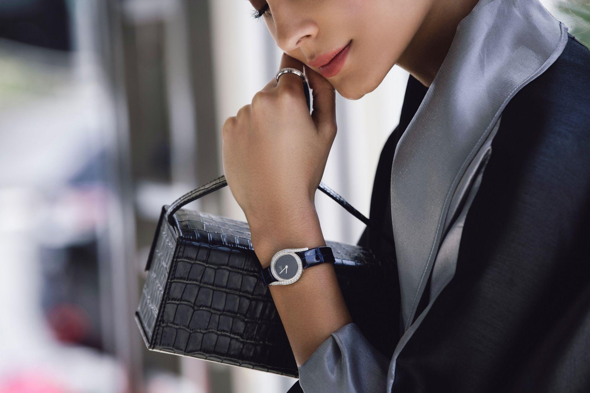模特兒配戴伯爵全新Limelight Gala系列砂金石錶盤腕錶