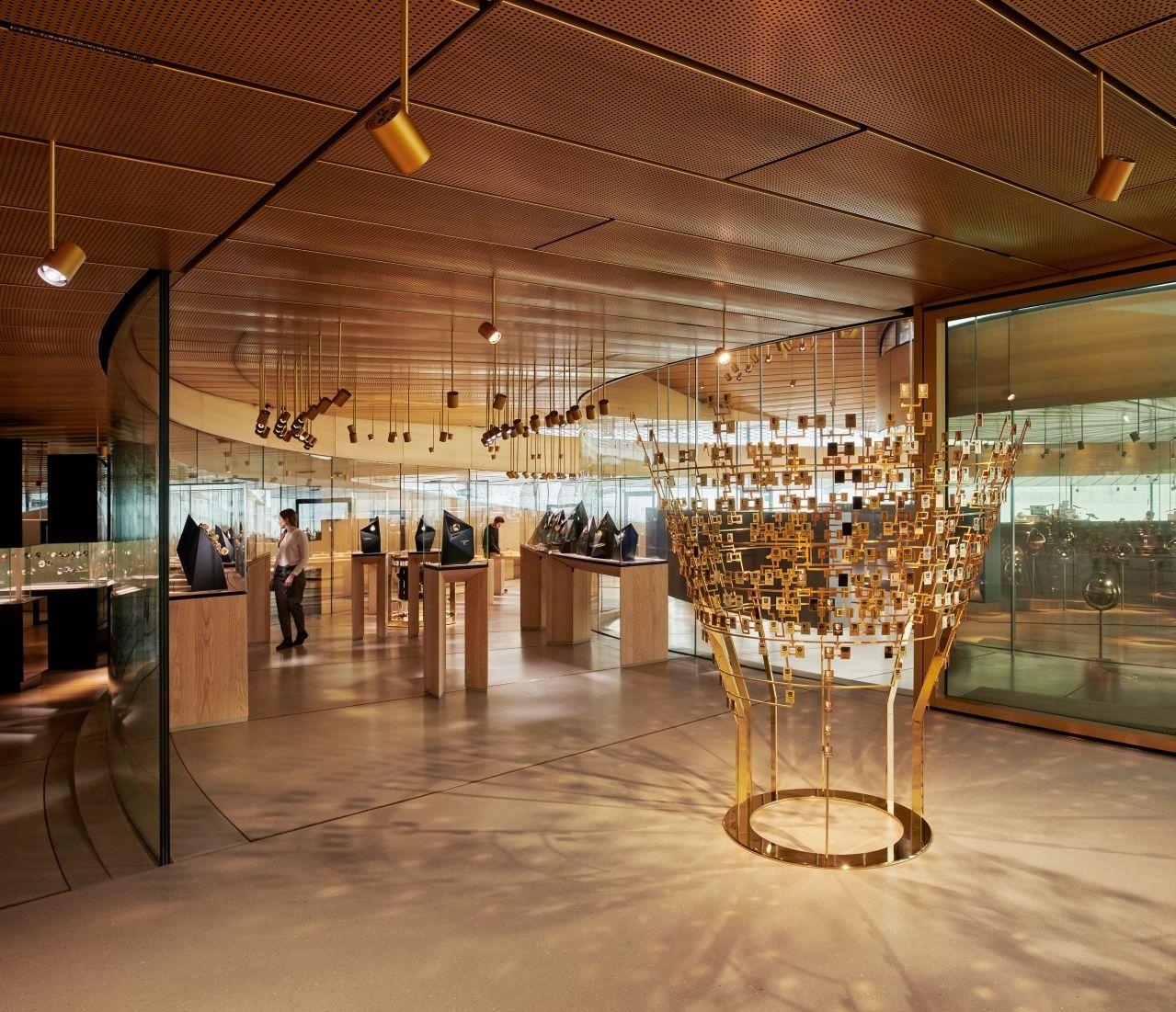 由德國博物館設計團隊ATB(Atelier Brückner)設計的展場,讓觀眾親歷其境體驗愛彼的創作世界。值得一看的是這棵3D家譜樹,以富有藝術感的方式介紹汝拉山谷最重要的製錶家族 by Audemars Piguet。