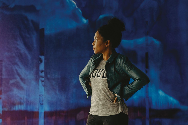 非裔美籍女性藝術家Lorna Simpson,透過藝術創作聲援非裔族群、譴責針對黑人的歧視與暴力!