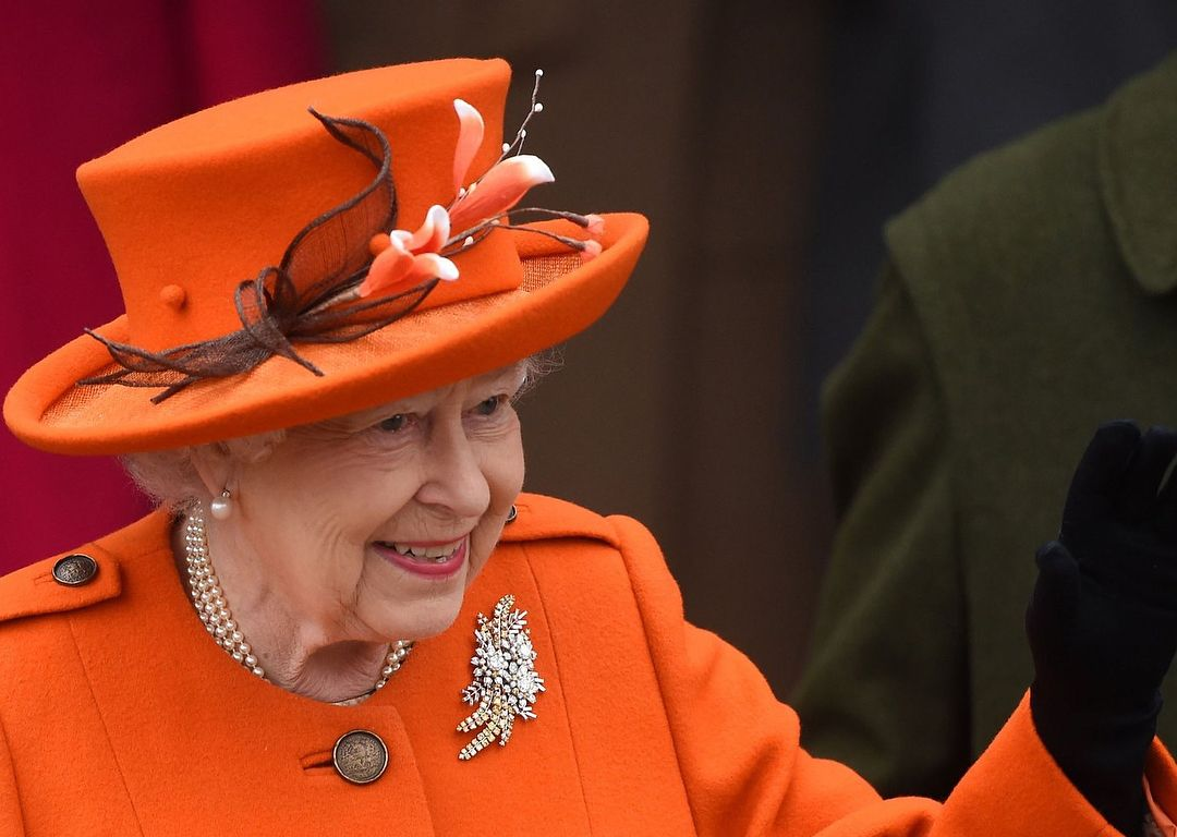 Tatler Treasures:不是小圓帽 也不是手提包,英國女王不分場合的必備單品原來是它!