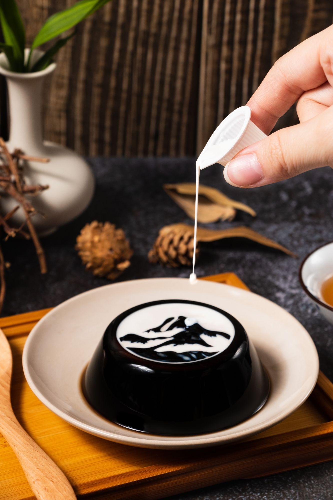 可以吃的故宮名畫?國立故宮博物院聯手臺灣在地品牌聯名推出「墨戲仙草」,讓你一口吃下故宮的雲山煙雨
