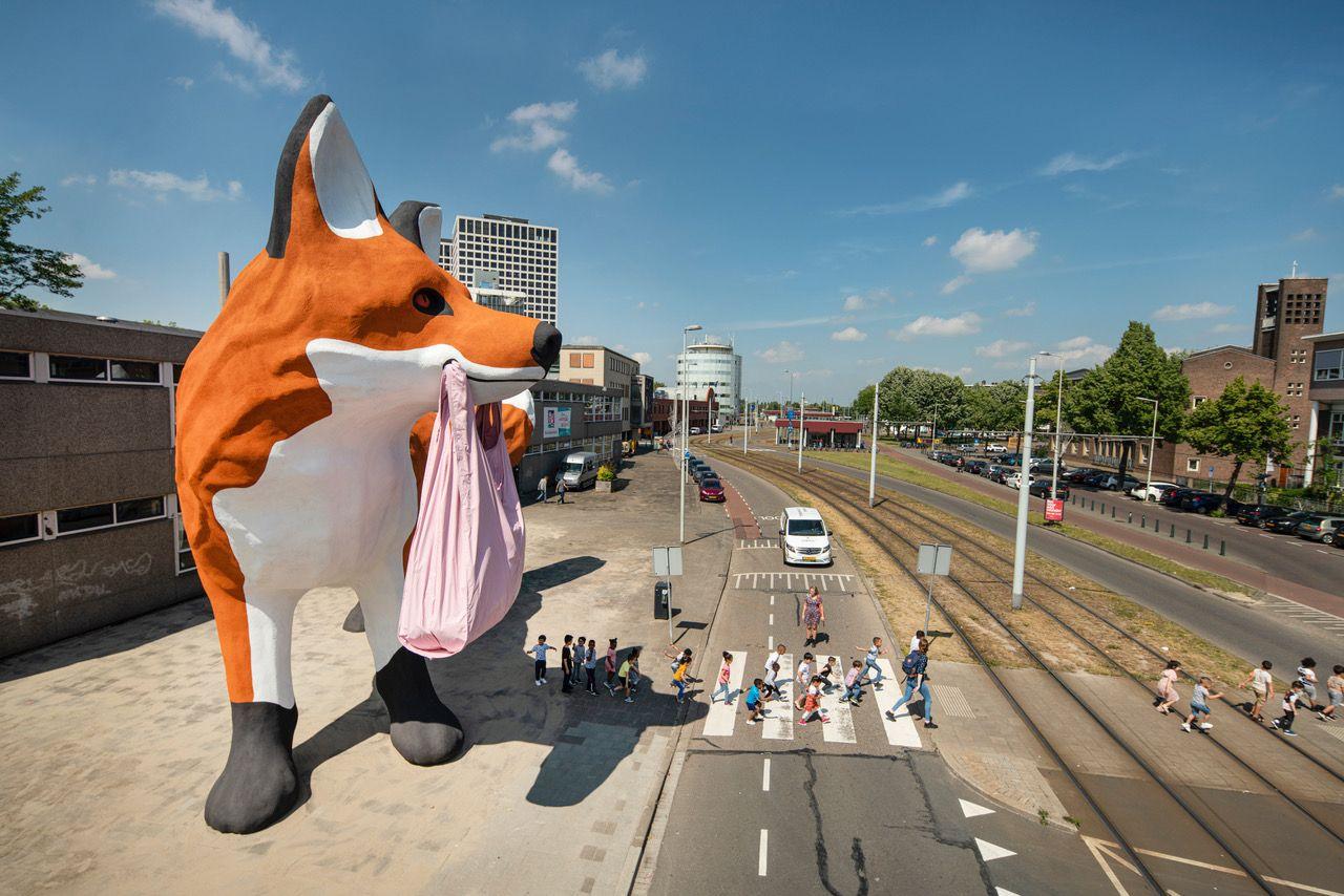 黃色小鴨藝術家霍夫曼Florentijn Hofman,新作《叼著塑袋的狐狸》登陸鹿特丹,開啟城市與自然的奇幻對話
