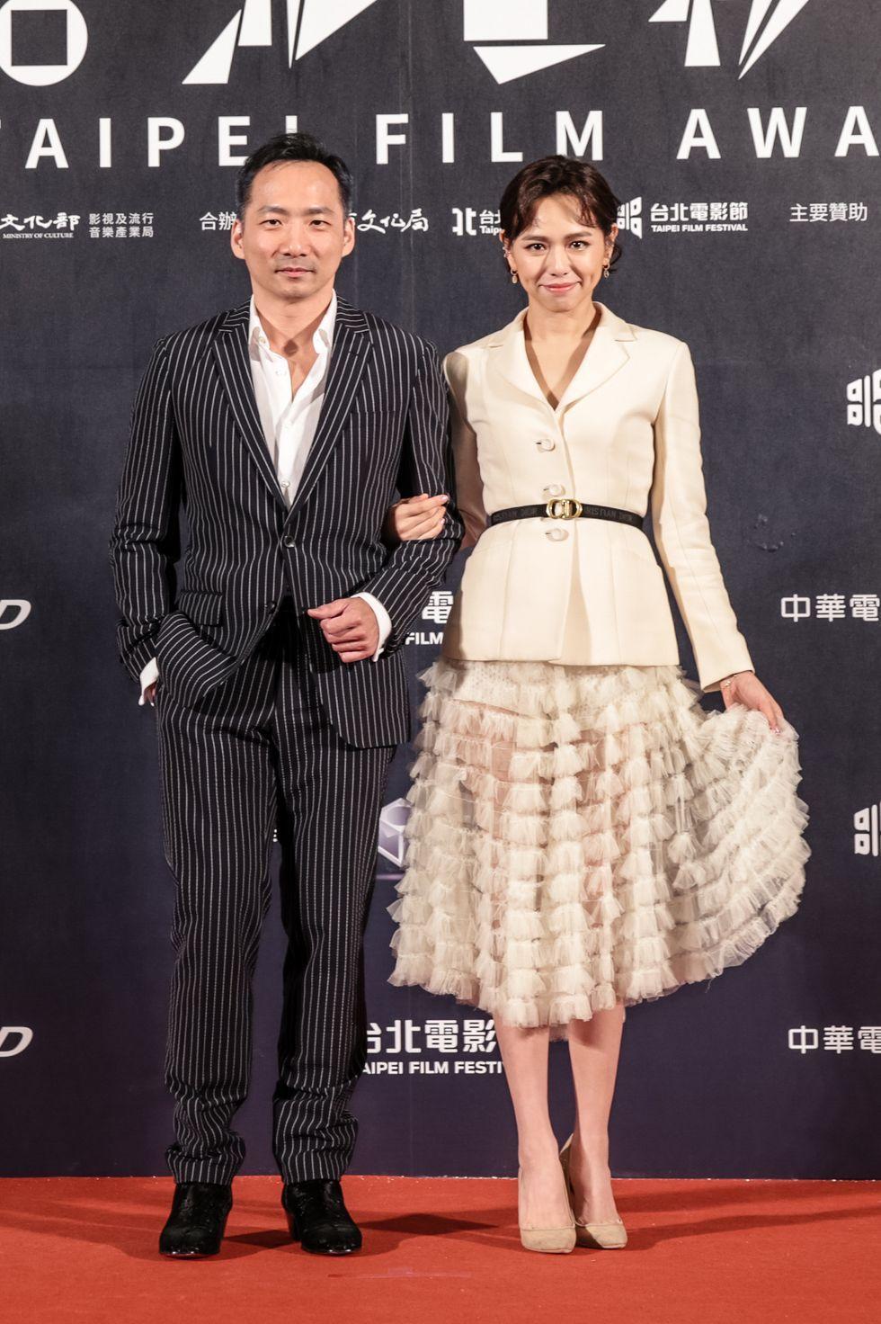 2020台北電影獎頒獎人五月天石頭身著BOSS深藍色條紋西裝出席盛會(圖片為品牌提供。)