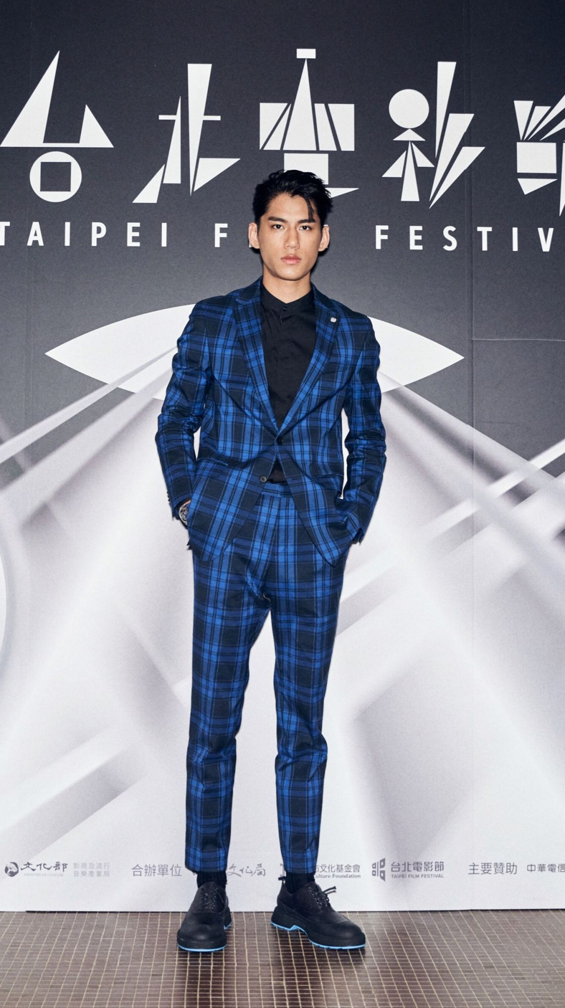 2020台北電影獎入圍者朱軒洋身著BOSS先藍色格紋西裝帥氣出席盛會(圖片為品牌提供。)