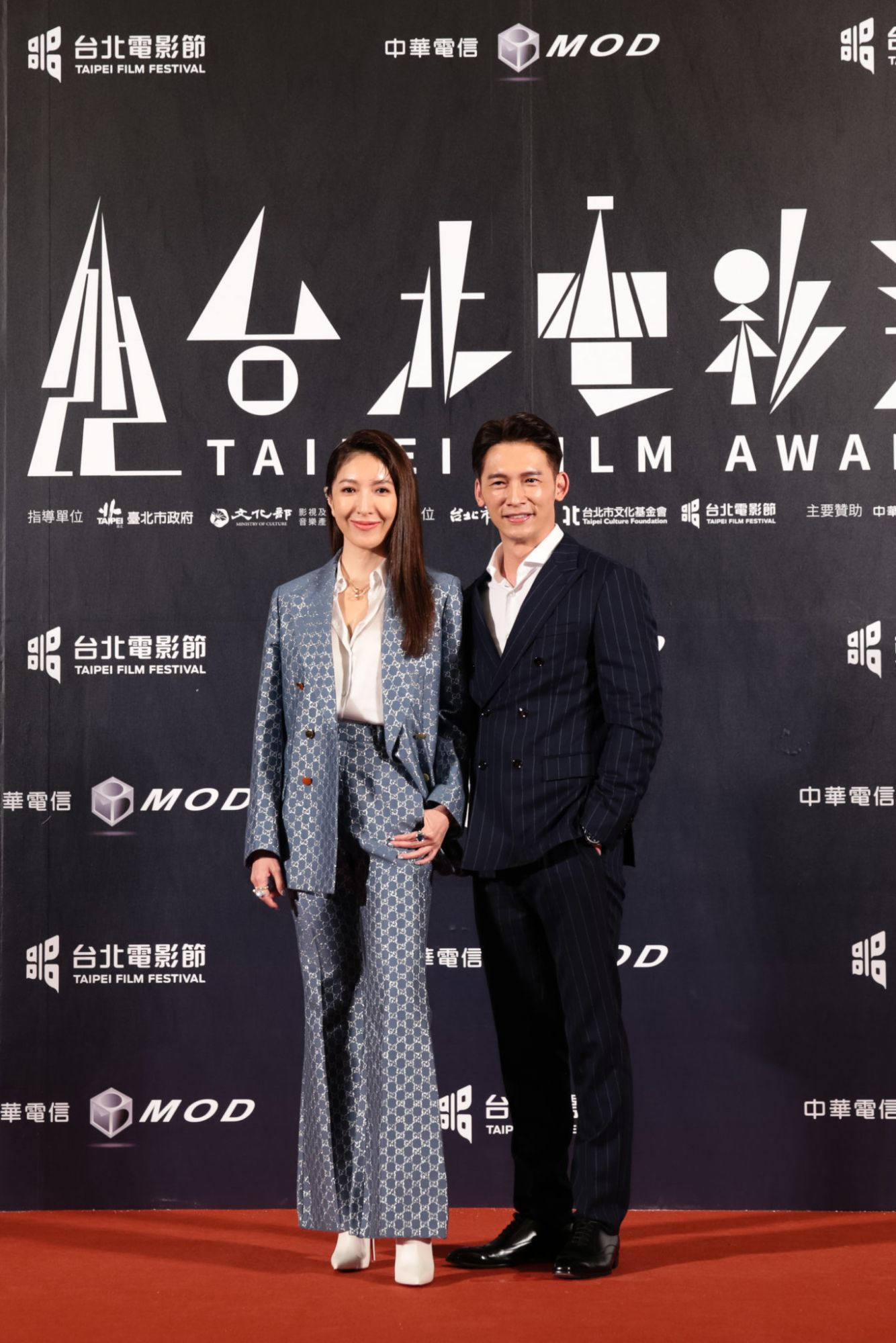 2020台北電影獎頒獎人溫昇豪身著BOSS海軍藍條紋劍領雙排扣西裝出席盛會(圖片為品牌提供。)