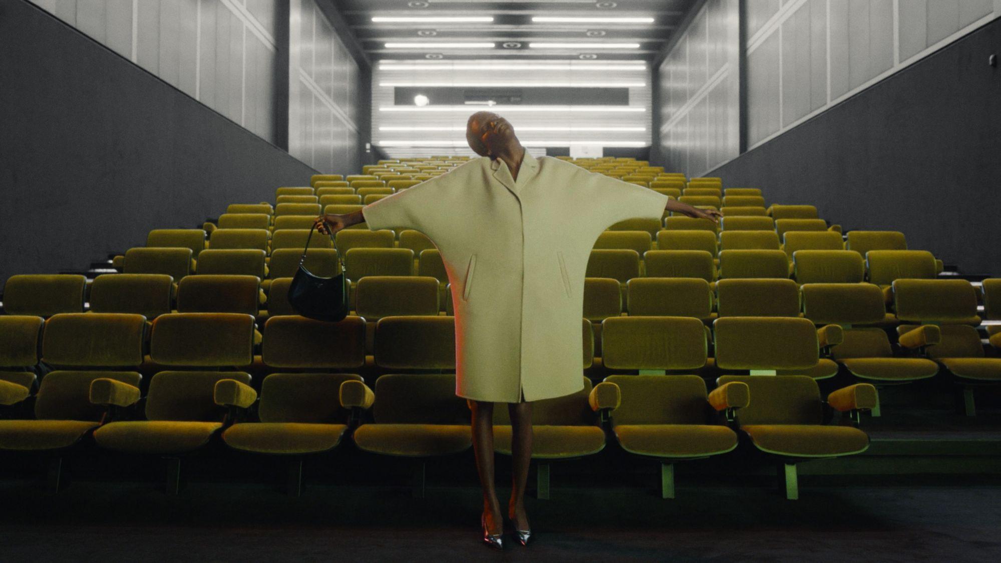 不只是時尚秀,簡直是策展!「從未發生的時裝展」帶你一窺Miuccia Prada 2021 春夏的內心藝界