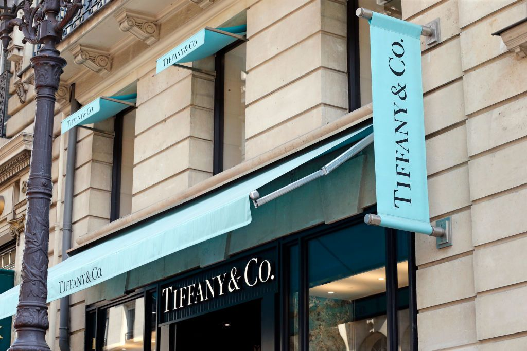 PARIS, FRANCE - SEPTEMBER 10: A Tiffany & Co. logo sits on display outside the US company's luxury jewelry store on September 10, 2020 in Paris, France. The French luxury industry group LVMH announced on Wednesday the abandonment of the proposed acquisition of the American jewelry company Tiffany, which retaliated by attacking the French luxury giant in American justice to force it to finalize this operation. estimated at 16.2 billion dollars (13.8 billion euros). (Photo by Chesnot/Getty Images)