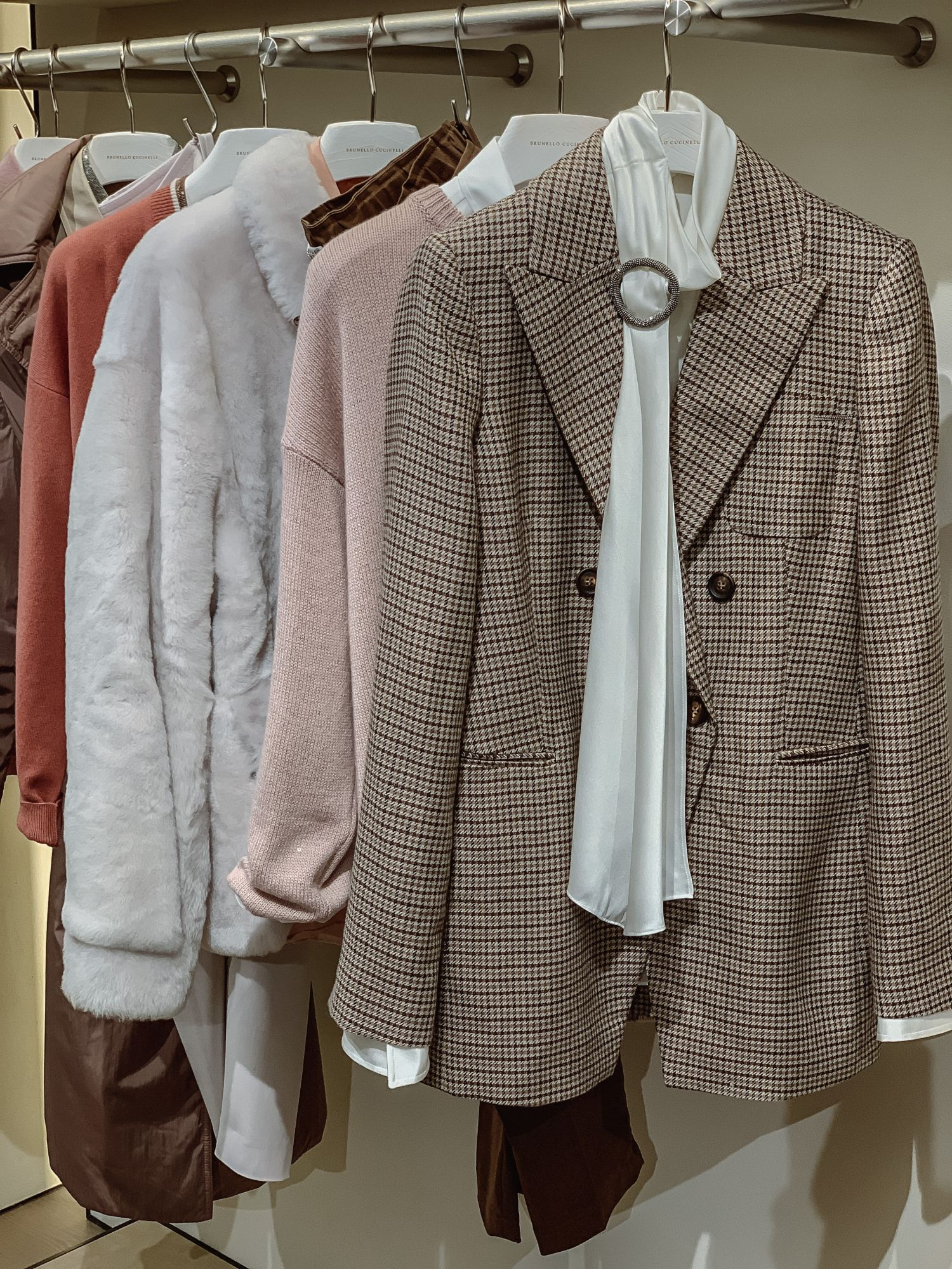 女裝更添一系列淺紫色、粉紅色單品作為穿搭的調配劑。