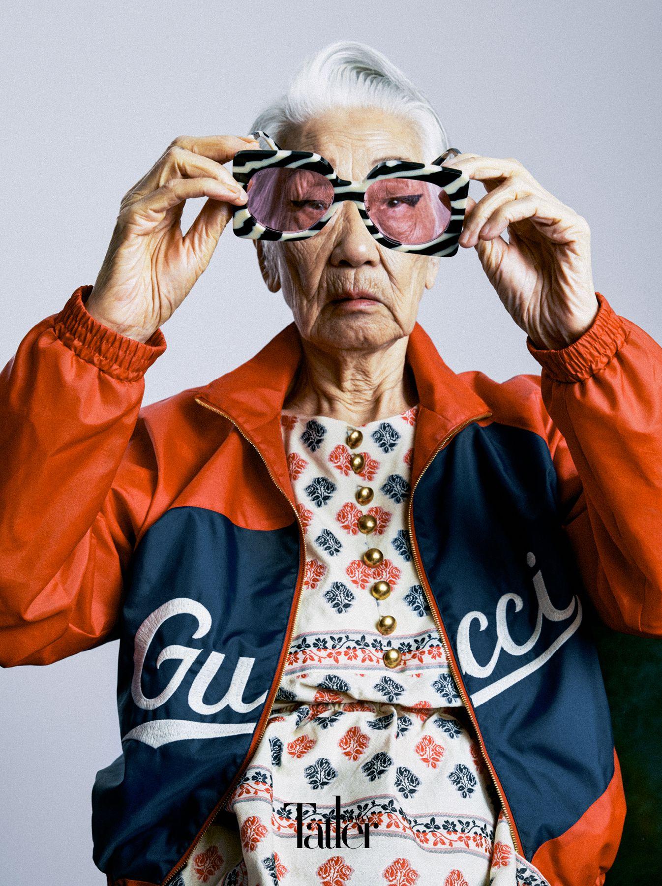 Gucci豔紅復古短夾克、紅藍印花罩衫洋裝、斑馬紋粉色鏡片太陽眼鏡,all by Gucci。