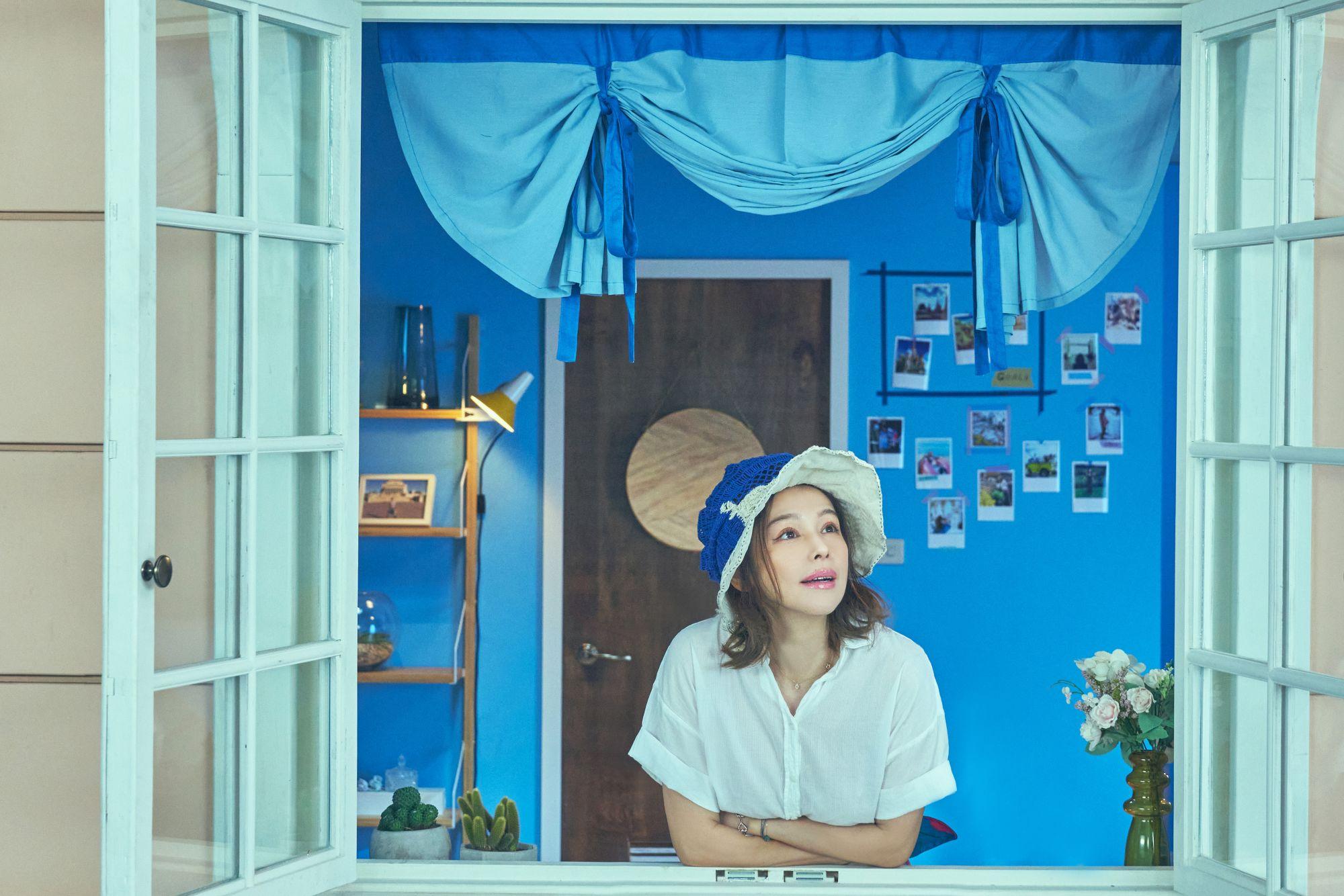 影視歌三棲全能女神徐若瑄,變身為明代沈周〈廬山高圖〉,飾演無法出門的旅遊部落客。